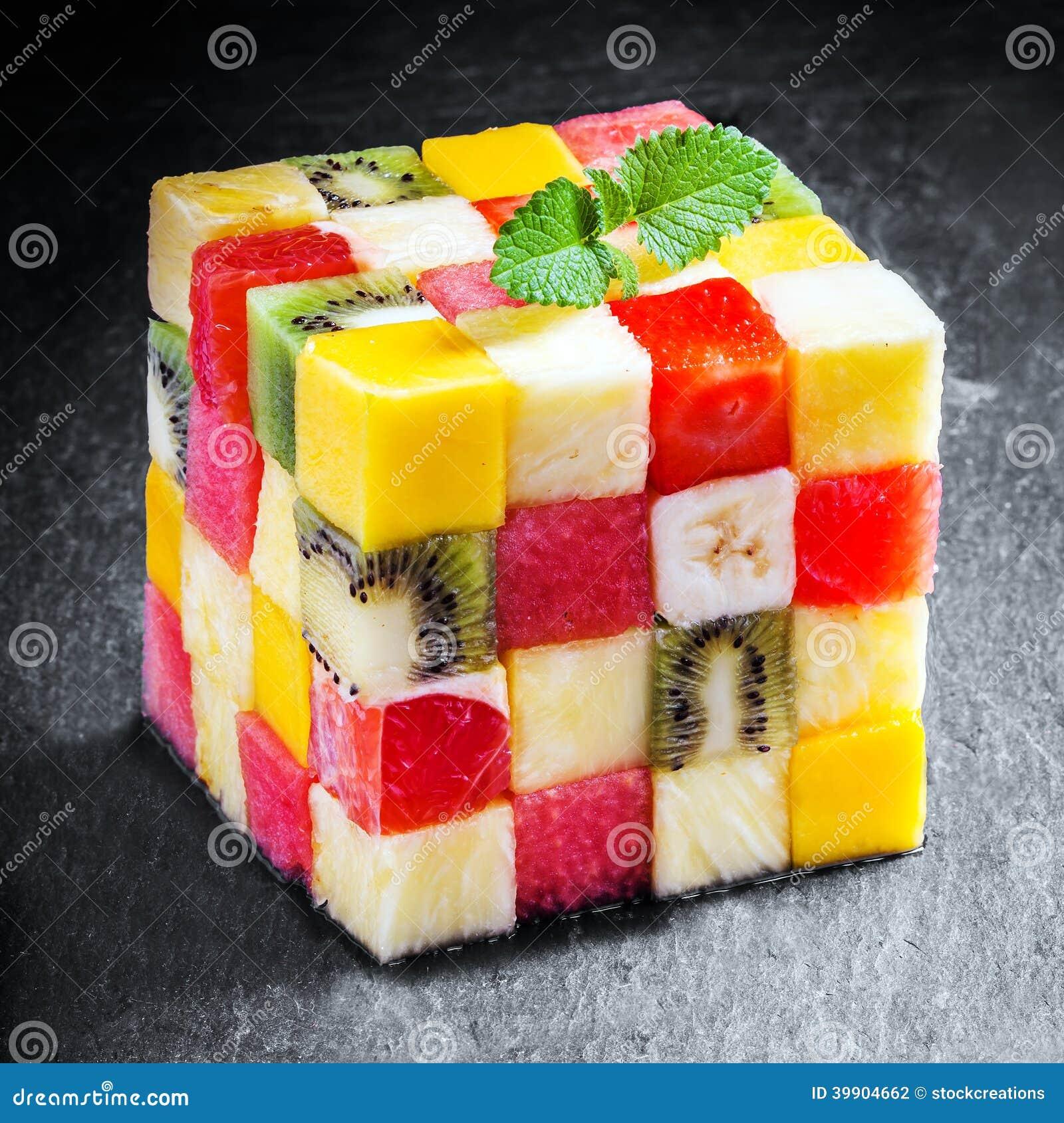 Cubo decorativo de la fruta fresca cortada en cuadritos del verano