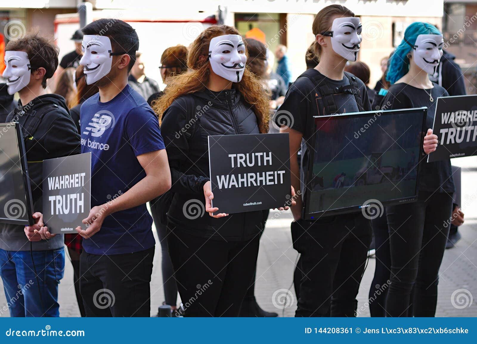 Cubo del grupo de la protesta de la verdad