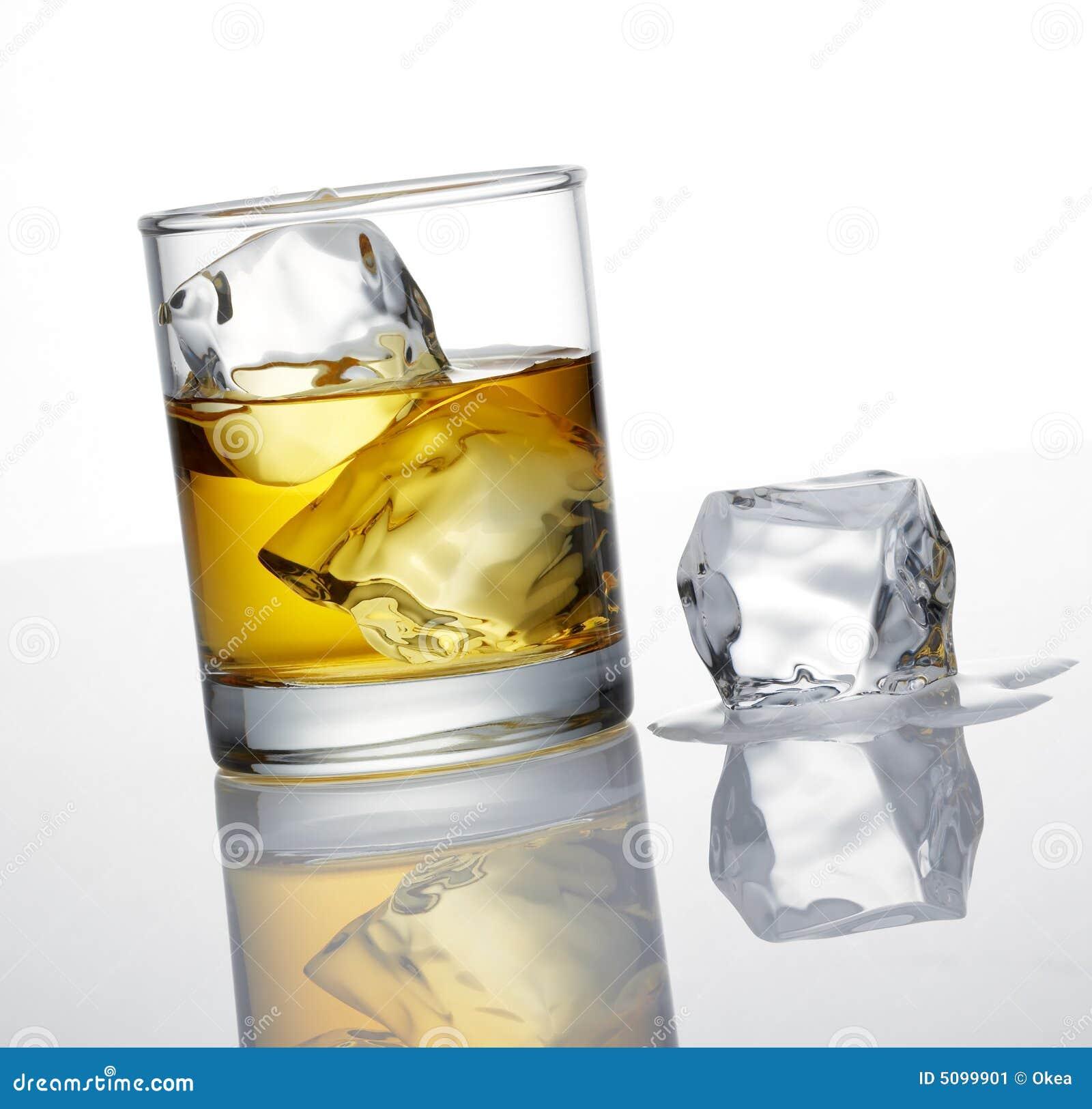 Cubo di ghiaccio e del whisky