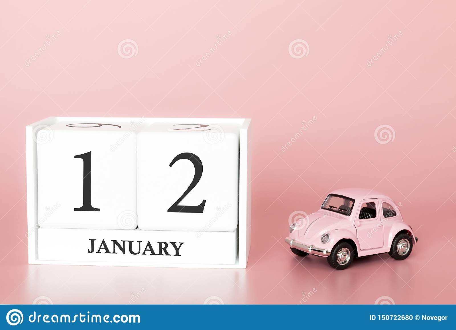 Cubo di legno del primo piano il dodicesimo gennaio Giorno 12 del mese di gennaio, calendario su un rosa