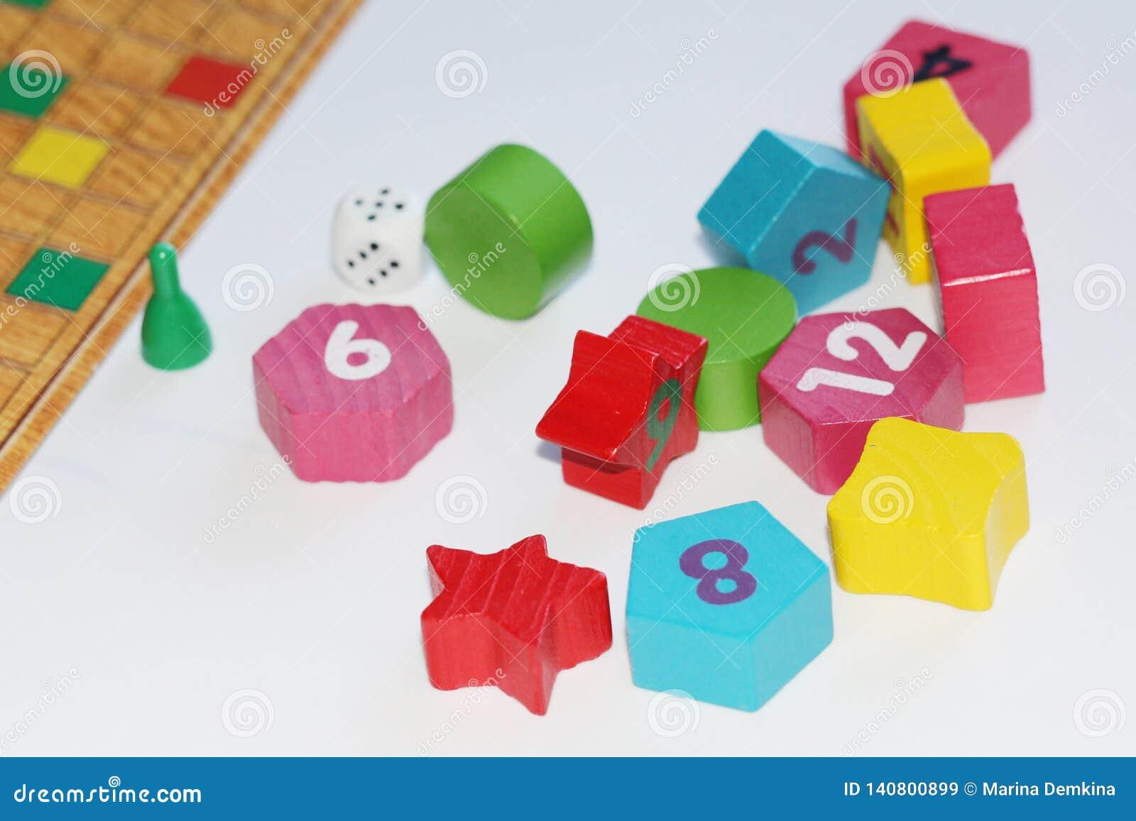 Cubo, microplaquetas, figuras de madeira, um campo brilhante para o jogo
