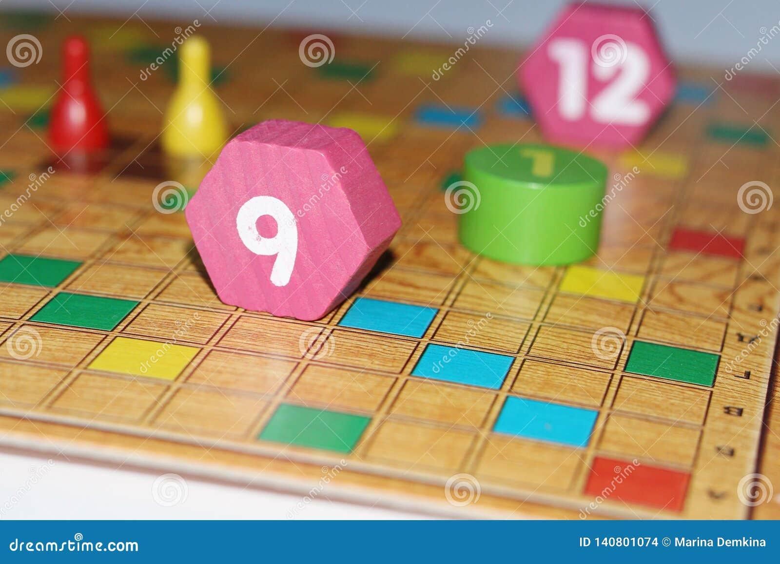 Cubo, microprocesadores, figuras de madera, un campo brillante para el juego