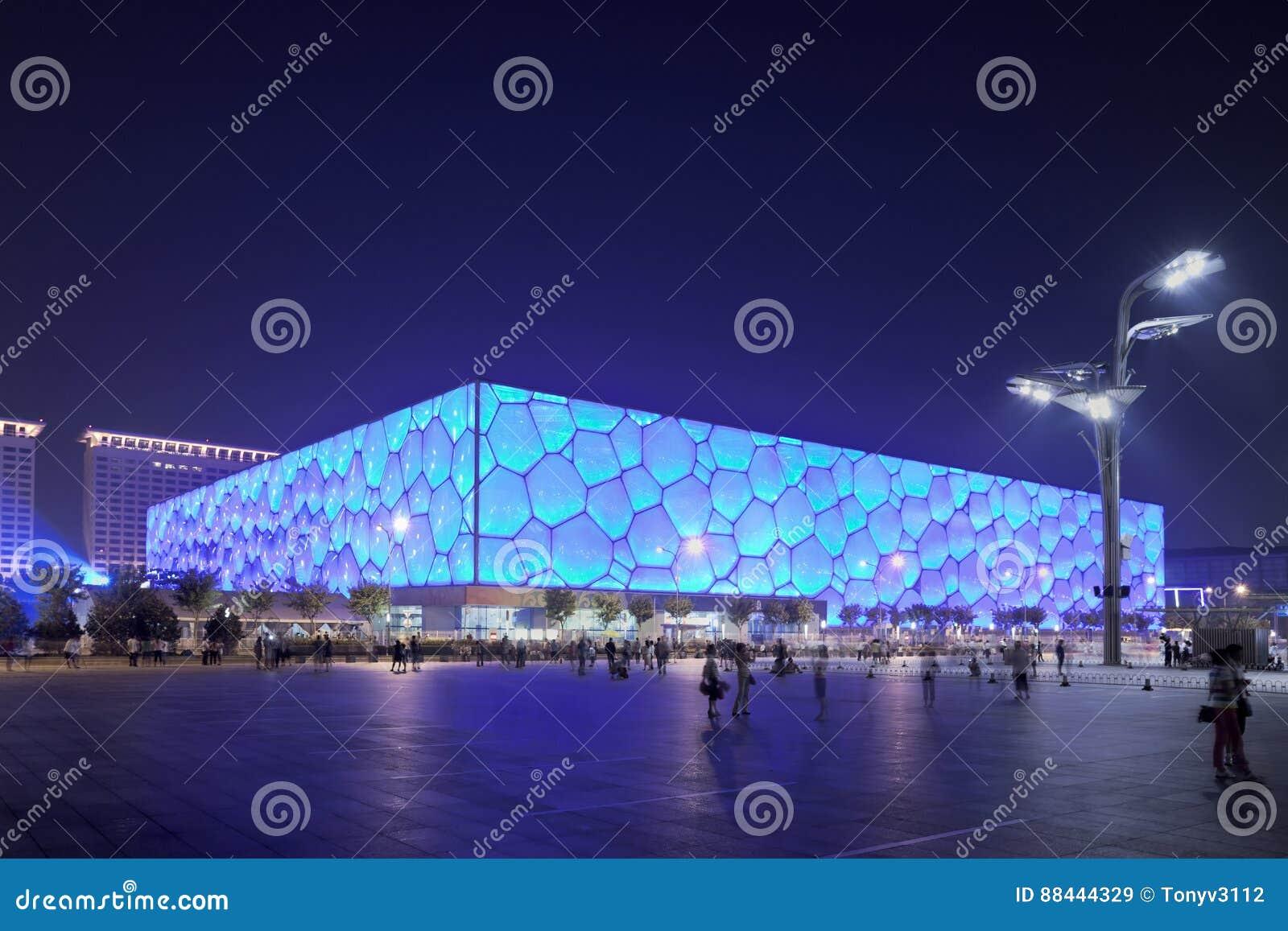 Cubo olímpico en la noche, China del agua de Pekín