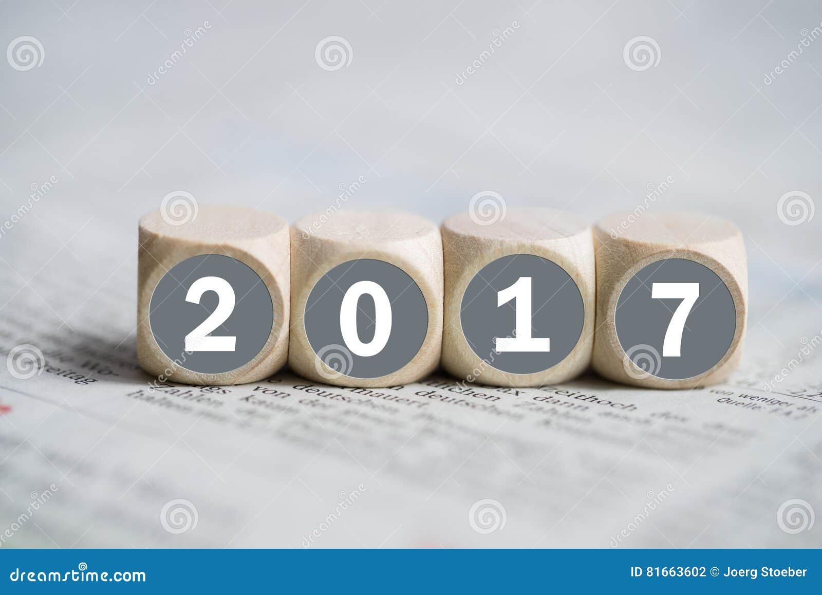 Cubos com ` 2017 do ` nele em um jornal