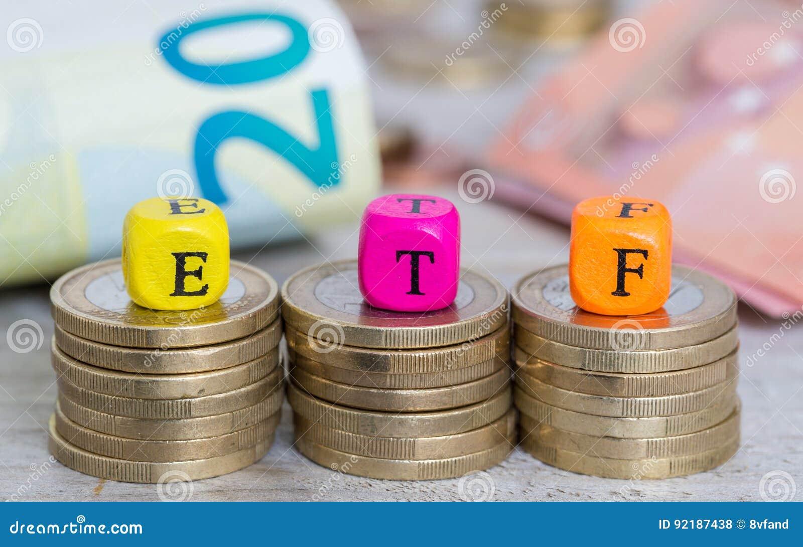 Cubos da letra de ETF no conceito das moedas