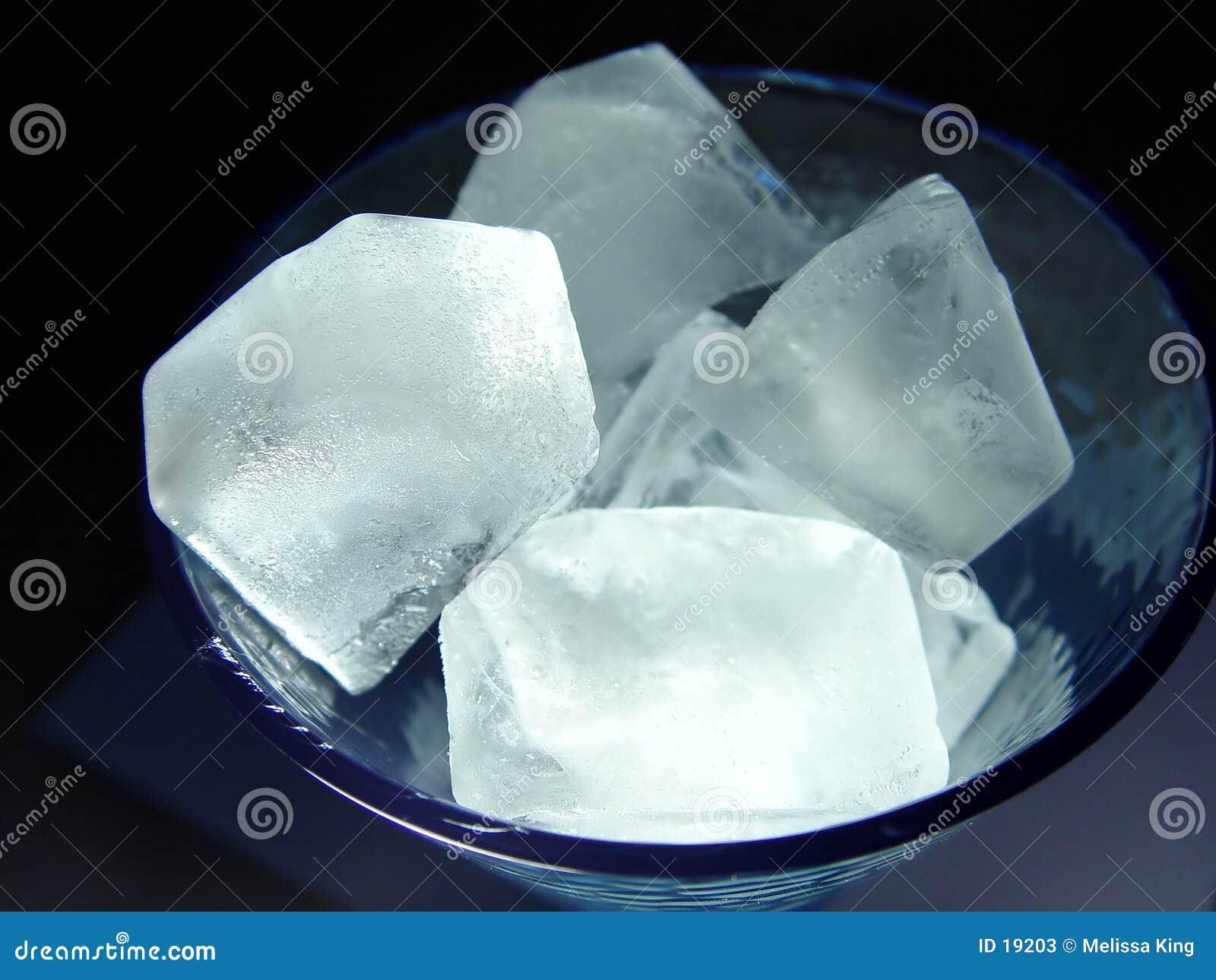 Cubos de gelo no vidro