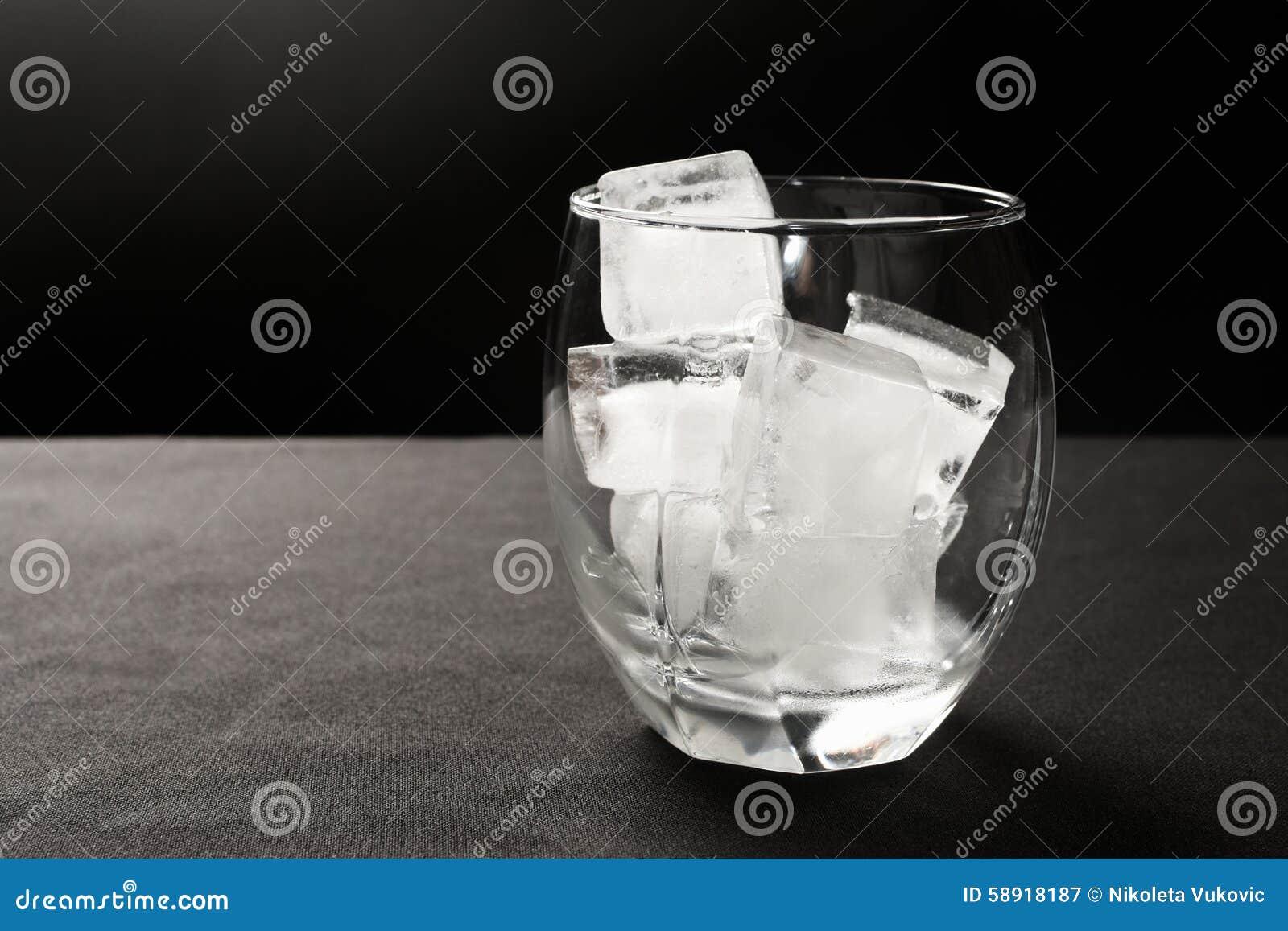 Cubos de hielo en vidrio