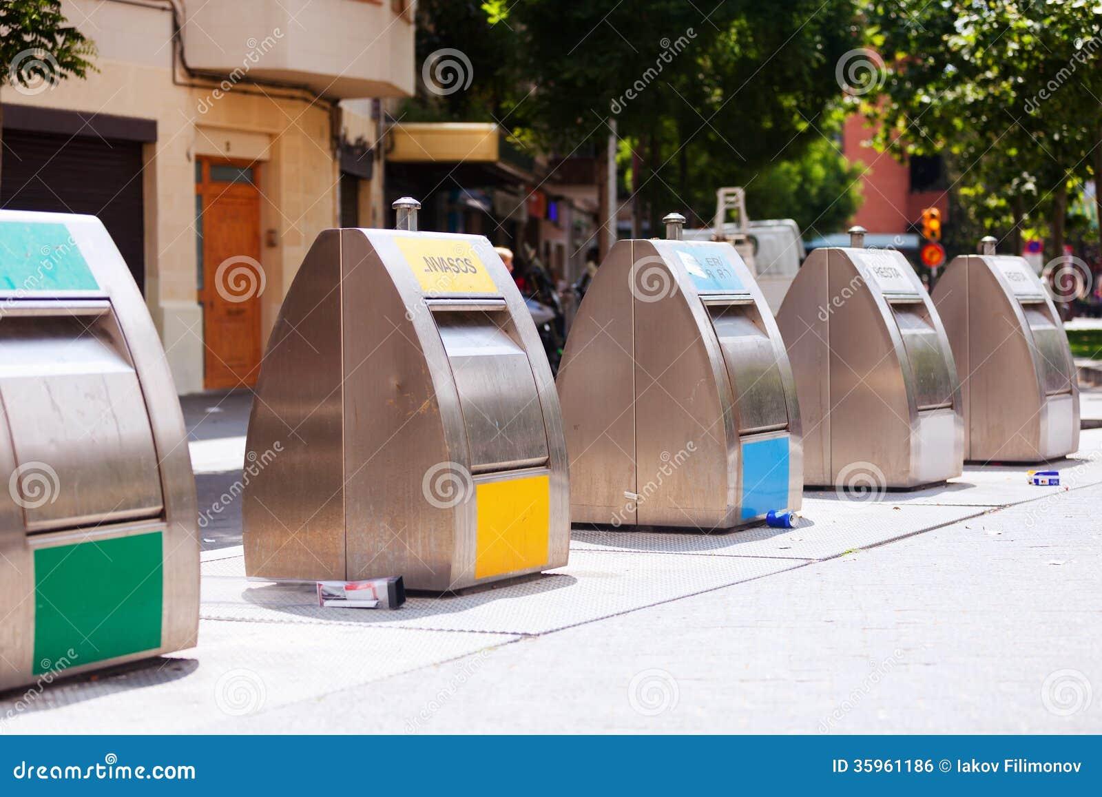 Cubos de la basura para la separación de desperdicios