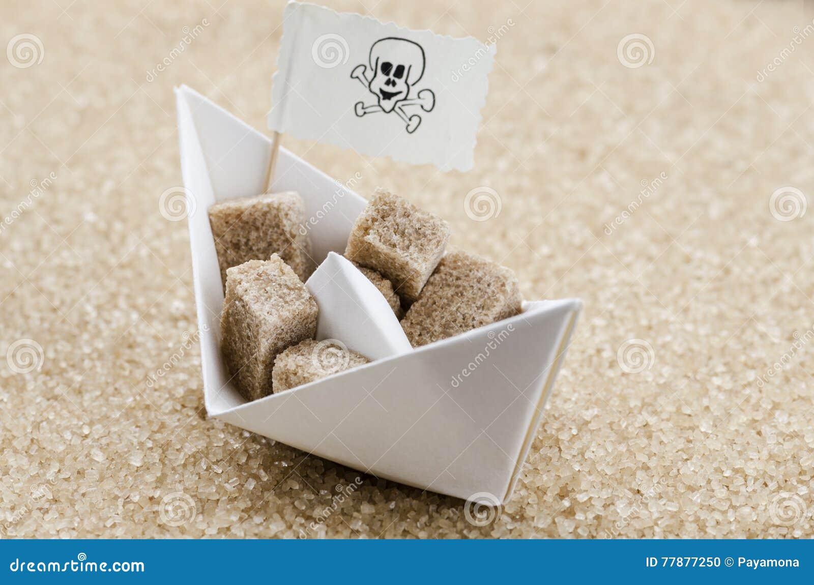 Cubos Del Azúcar De Brown En Un Barco En Un Mar Del Azúcar Marrón Foto de archivo