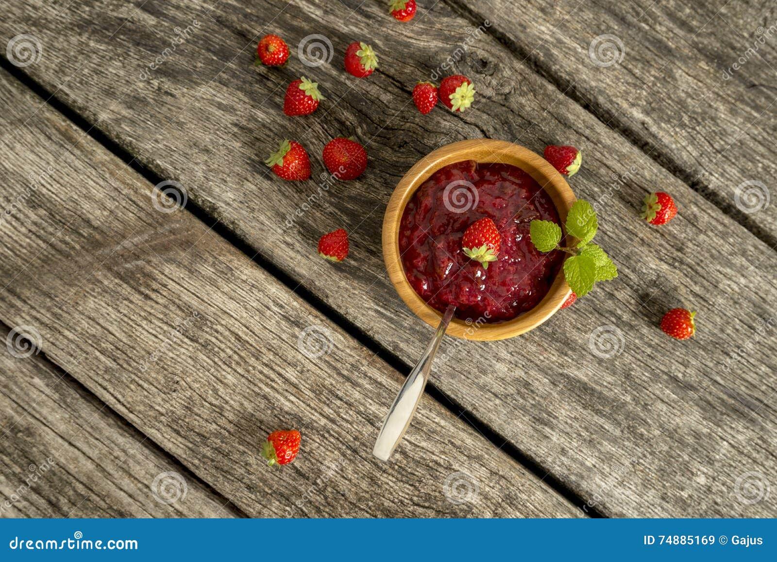 Cubra abaixo da vista no doce na bacia com fruto