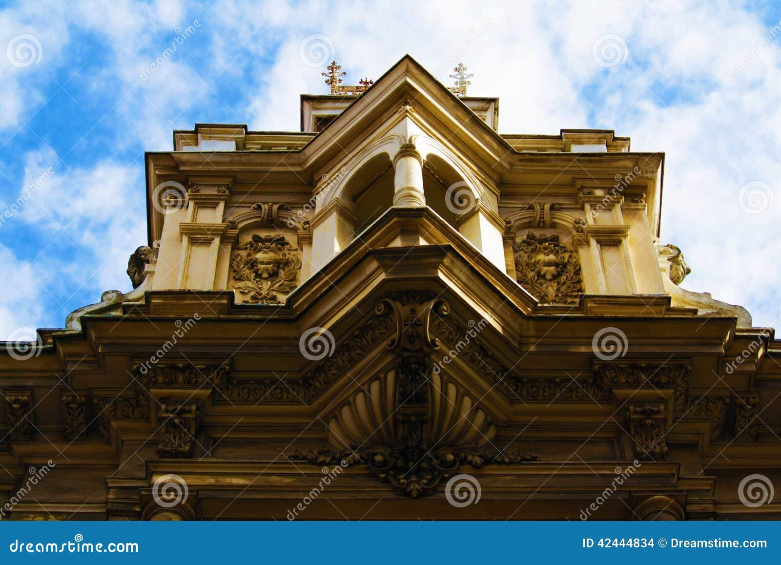 Cubra el top de y el edificio céntrico de Zagreb, Croacia, fondo del cielo azul