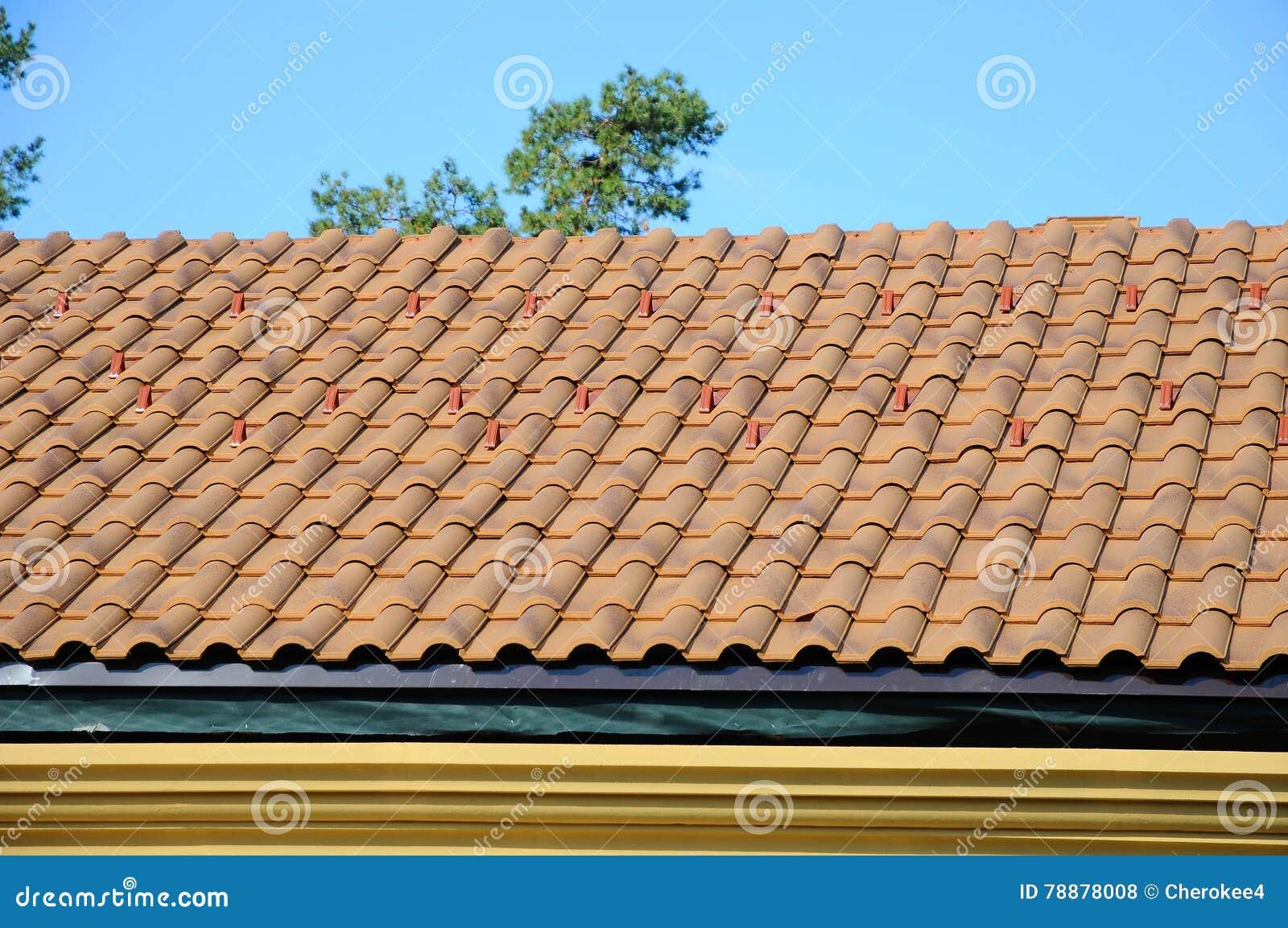 cubra la casa con el tejado tejado en el cielo azul detalle de las tejas y