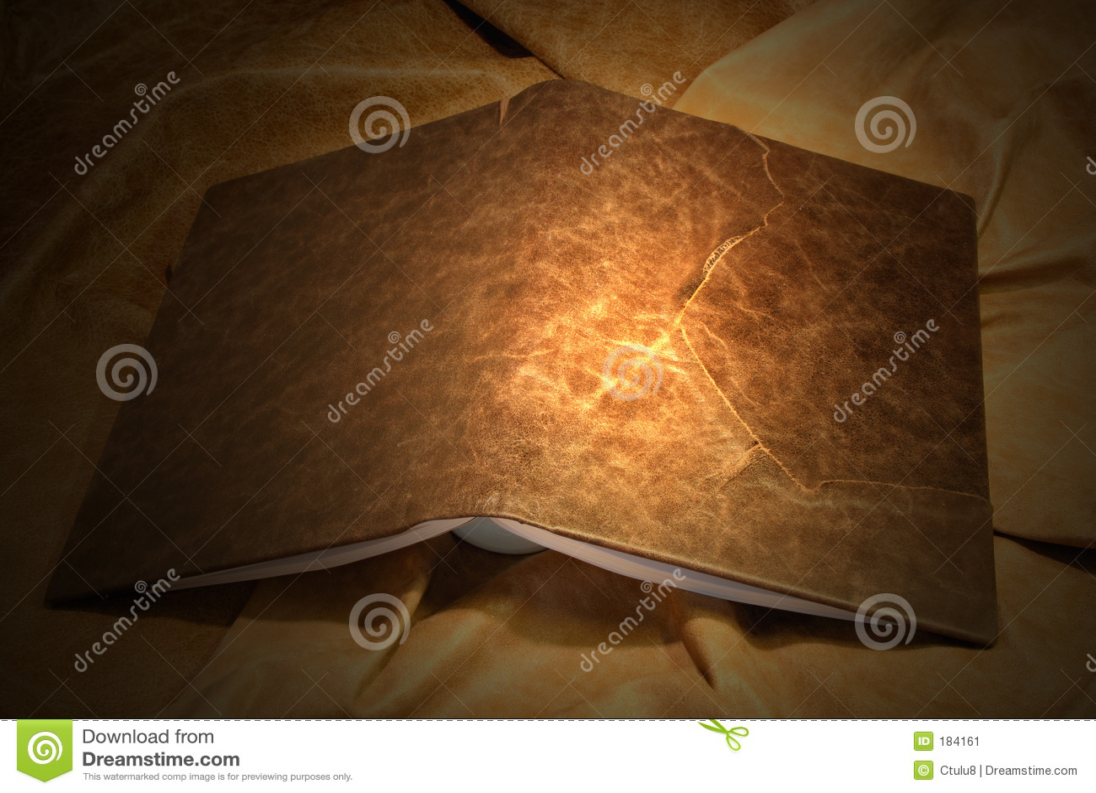 Cubra la cubierta de libro con cuero