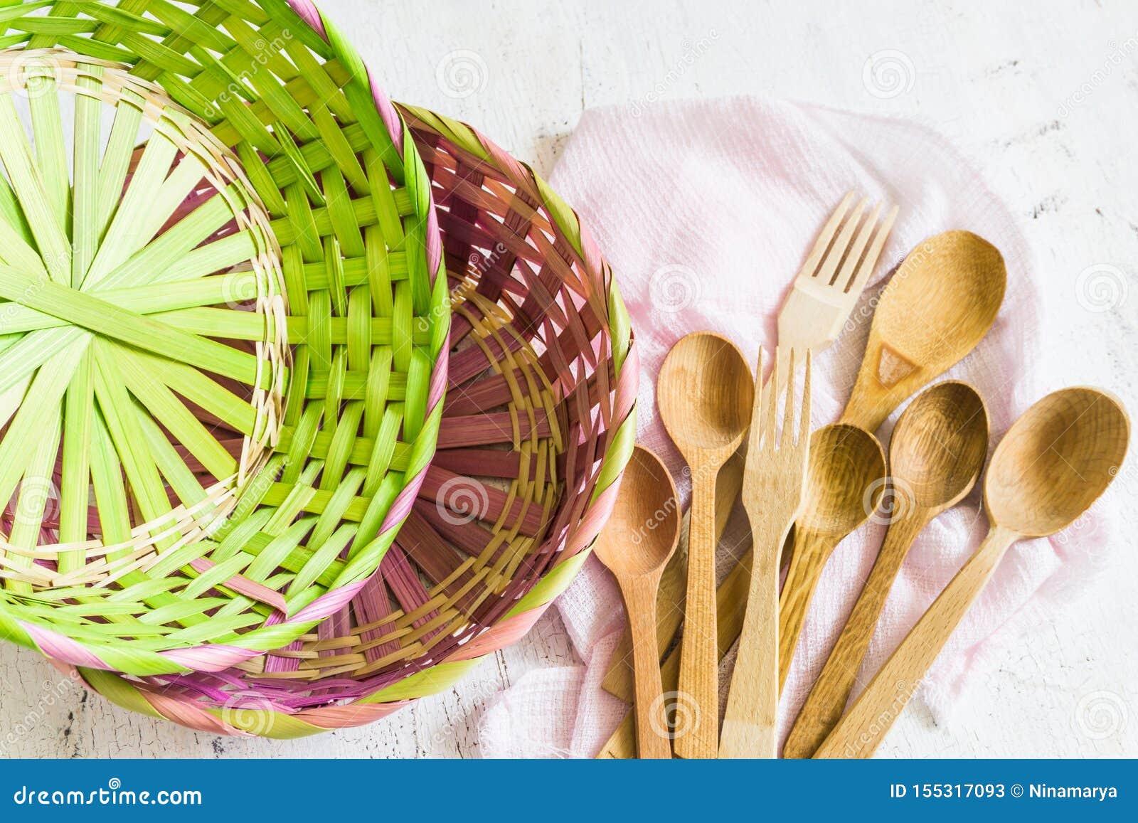 Cucchiai di legno e fondo d annata bianco di vimini e del canestro