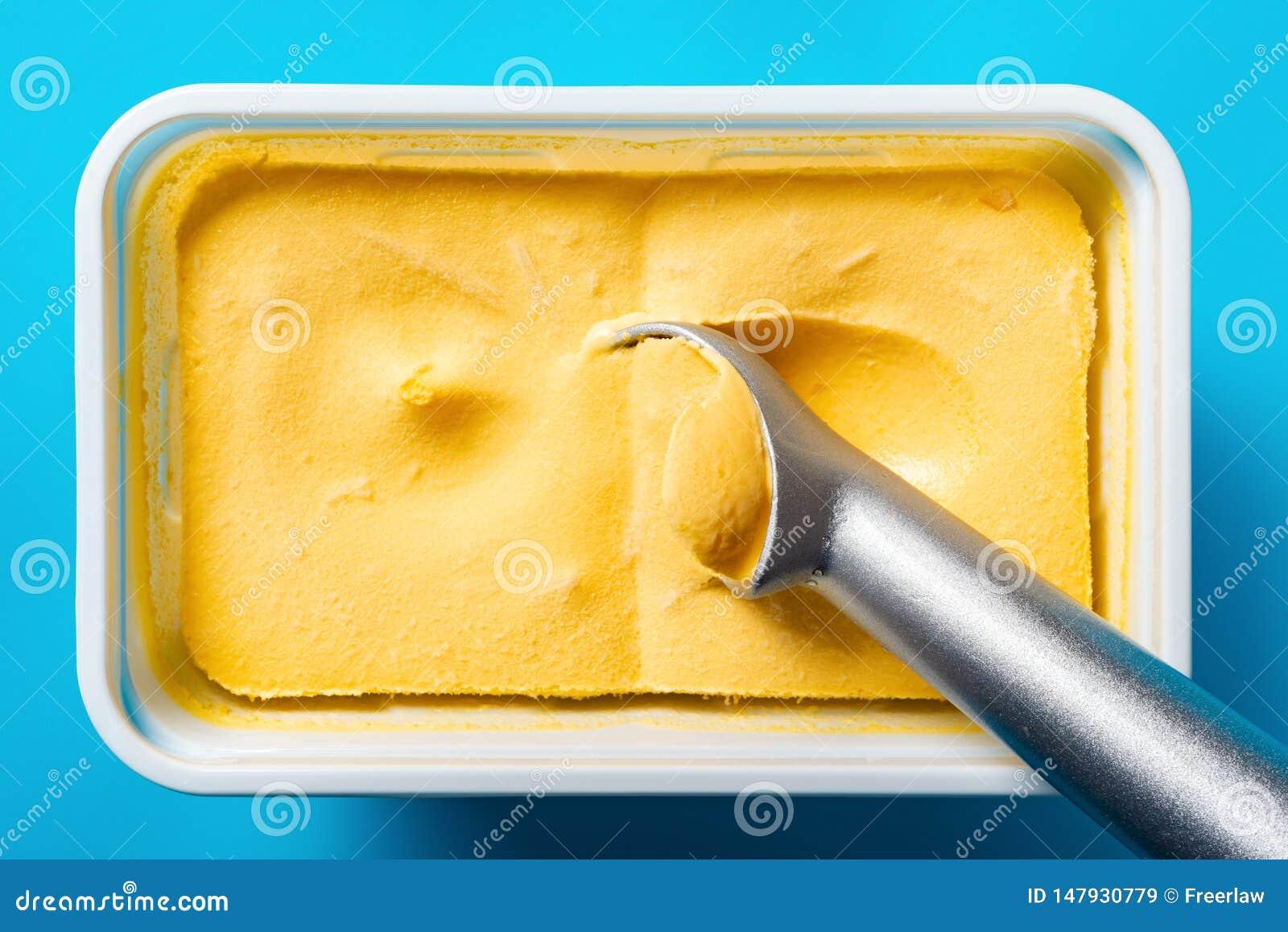 Cucchiaio che elimina il gelato di sapore del mango