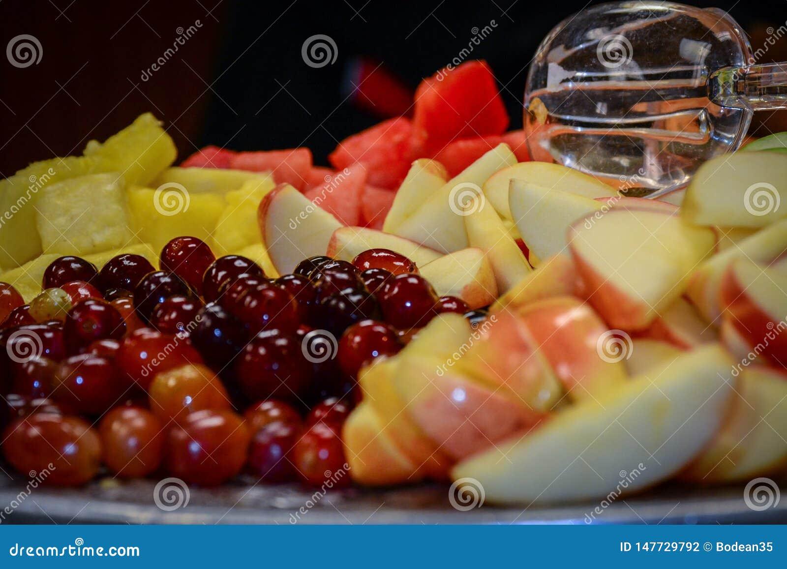 Cucchiaio che si siede sopra un vassoio della frutta