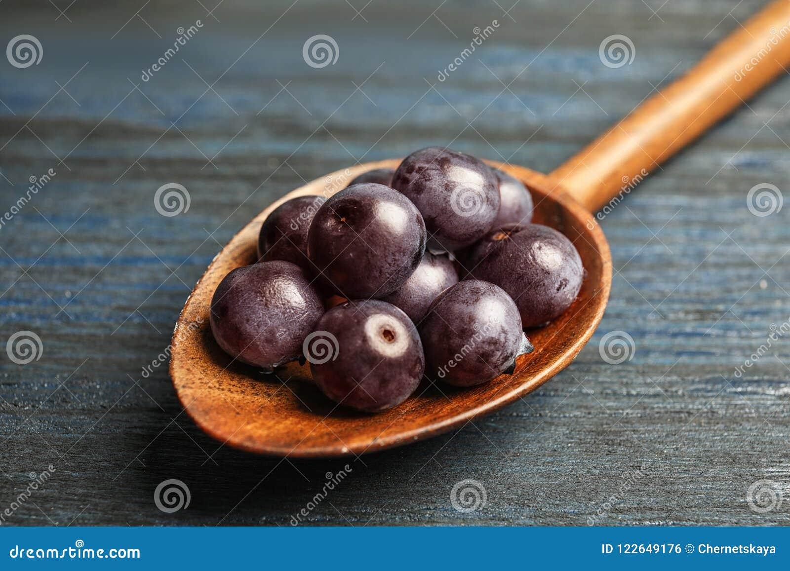 Cucchiaio con il berrie fresco di acai