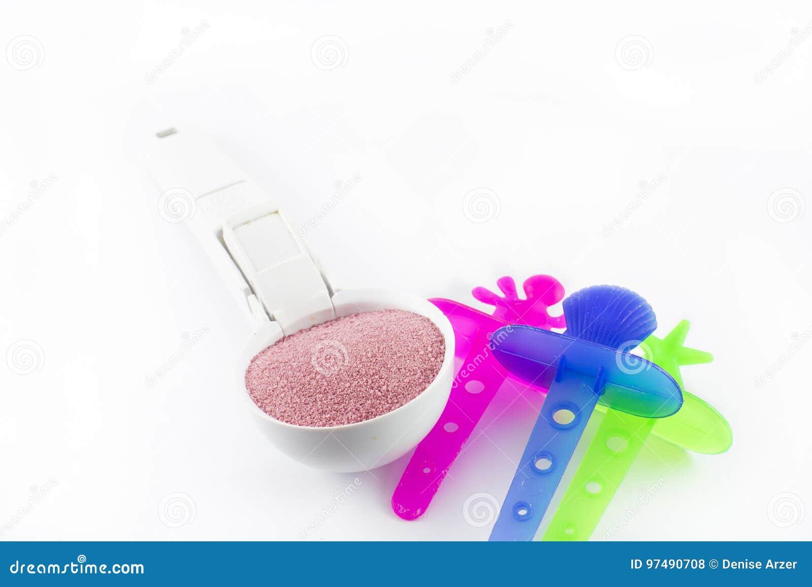 Cucchiaio con il gelato ed i bastoni da disporre