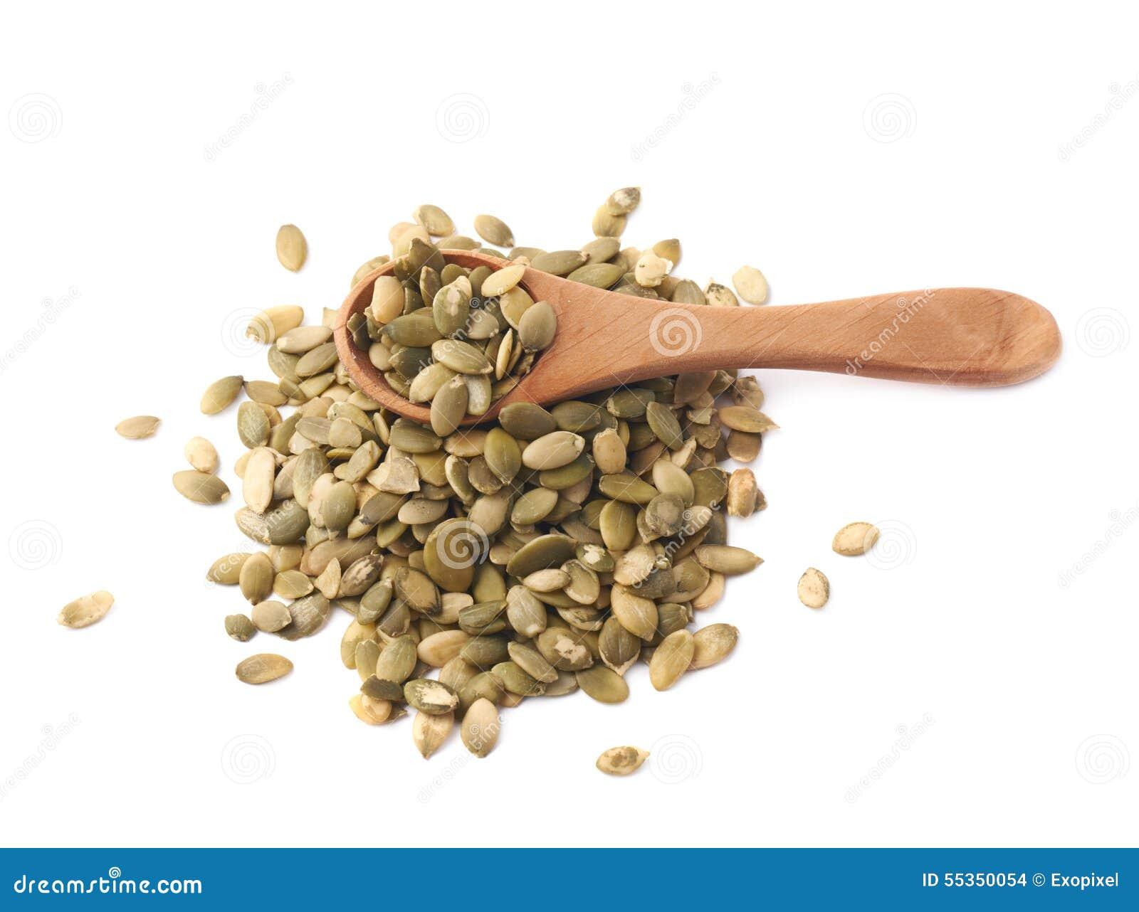 Cucchiaio di legno sopra i semi di zucca