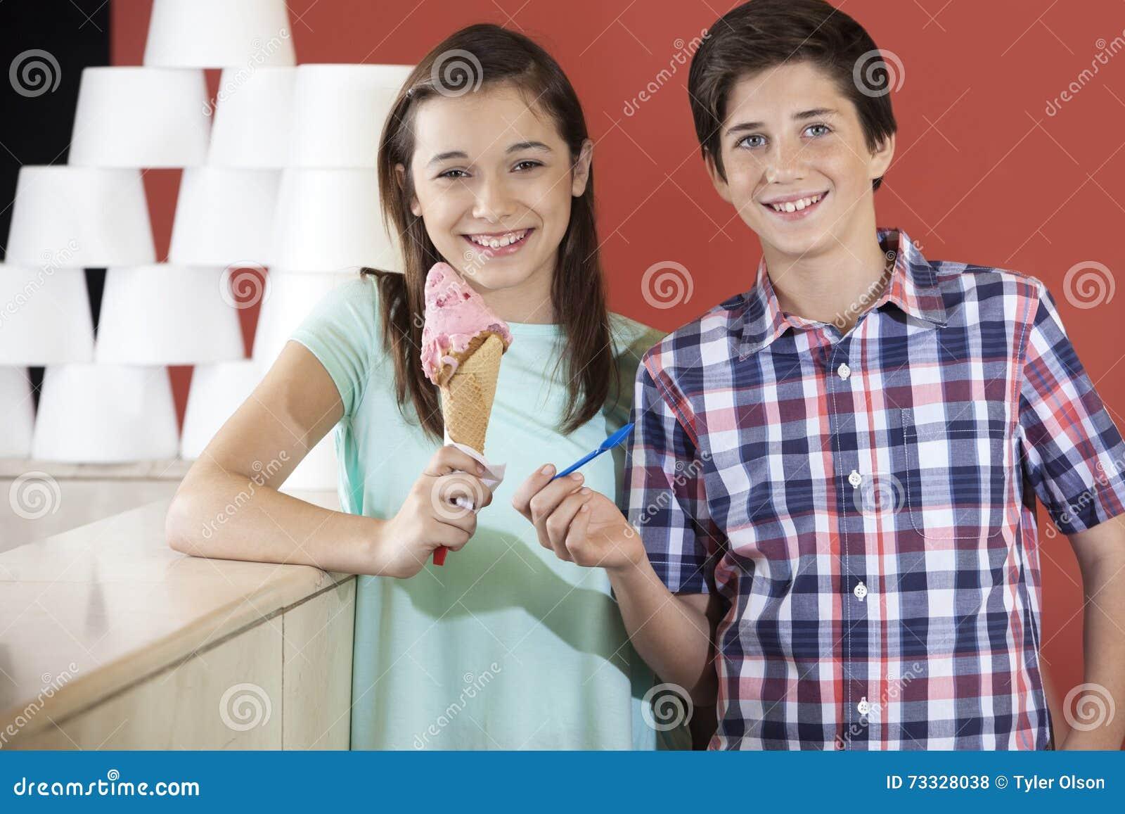 Cucchiaio di And Sister Holding del fratello e gelato della fragola