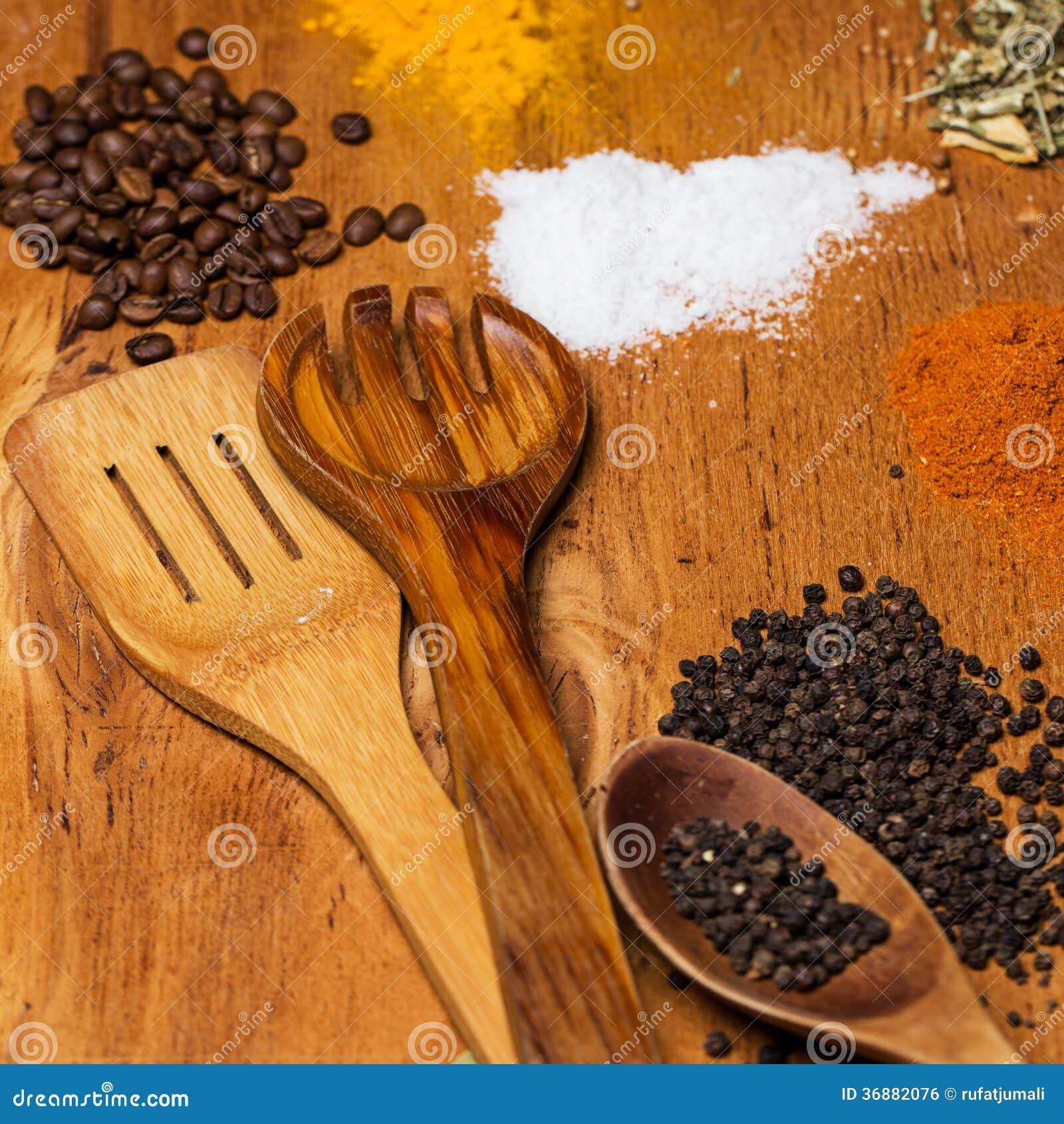 Download Cucchiaio E Mucchio Delle Spezie Sulla Tavola Fotografia Stock - Immagine di curry, foodstuff: 36882076