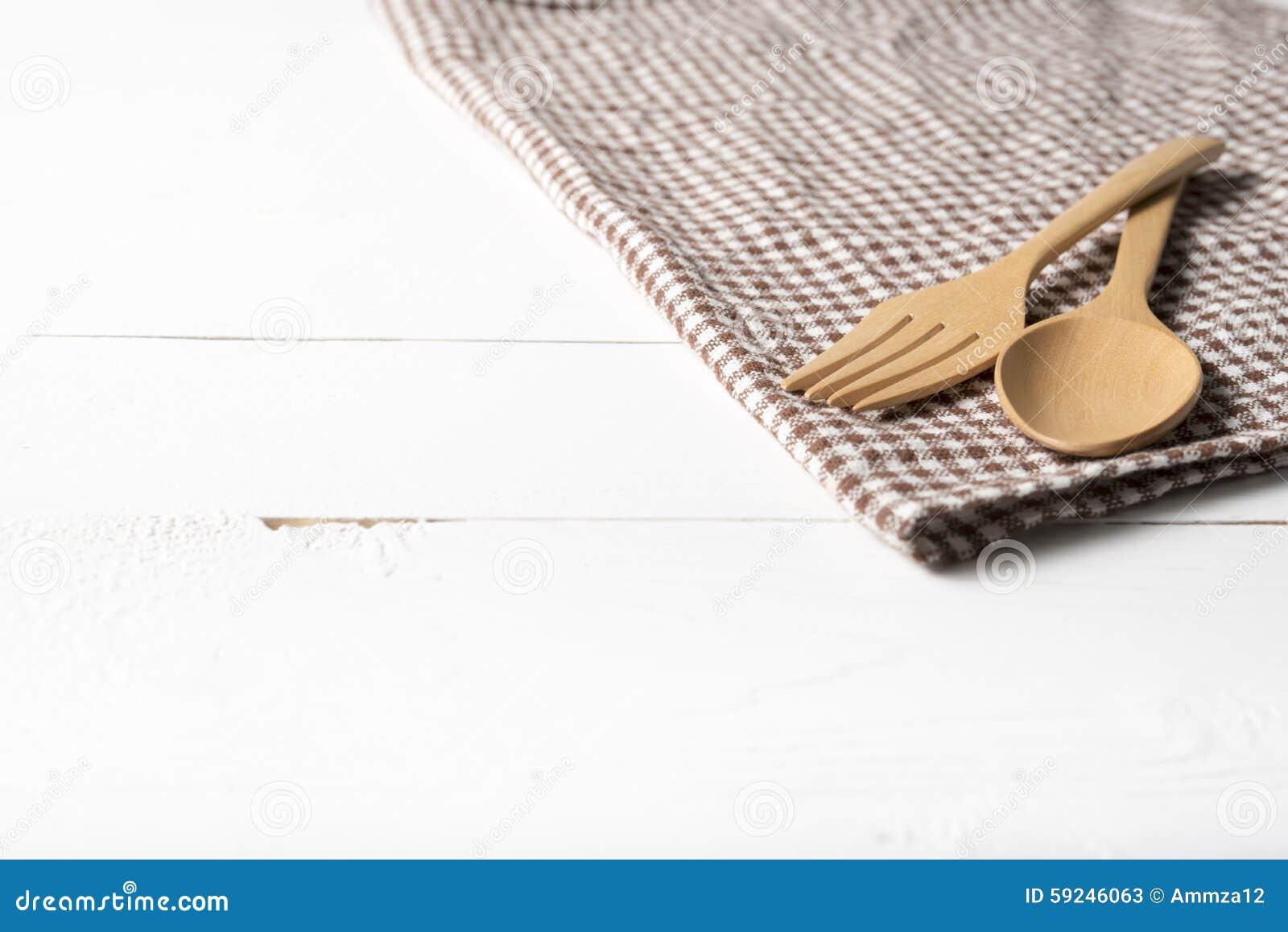 Download Cuchara Y Bifurcación De Madera En La Toalla De Cocina Imagen de archivo - Imagen de tarjeta, textil: 59246063