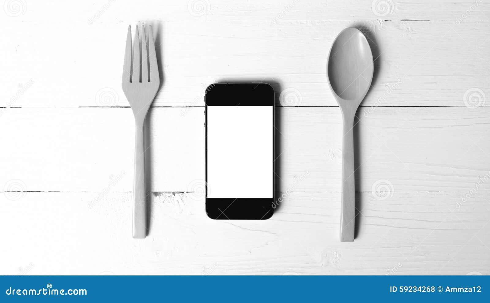 Cuchara y tono blanco y negro social del teléfono de la consumición elegante del concepto