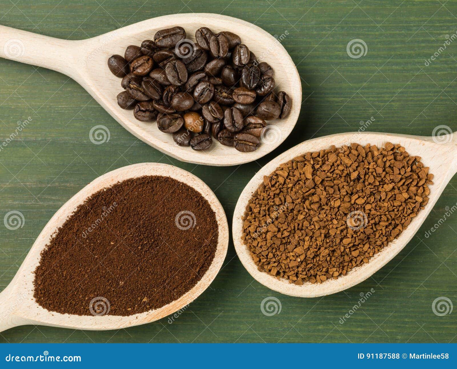 Cucharadas de instante granuladas y de granos de café de la carne asada