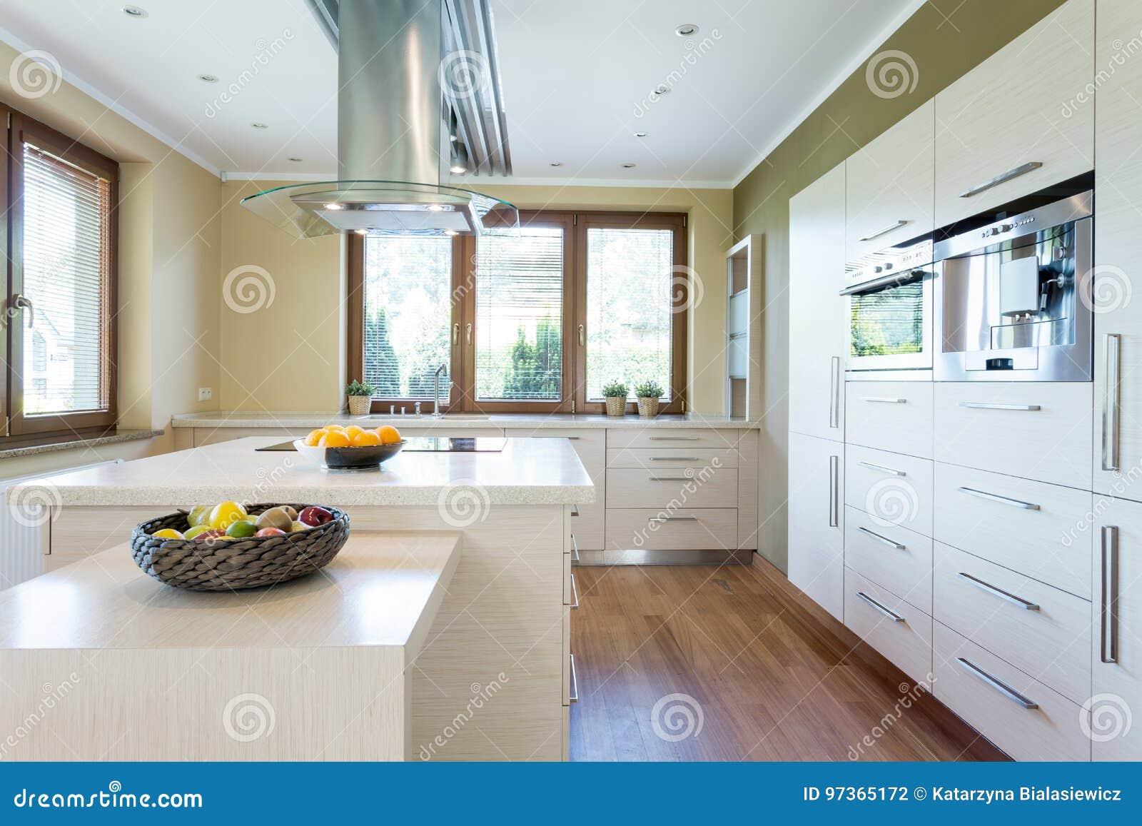 Cucina Alla Moda Con L\'isola Fotografia Stock - Immagine di ...