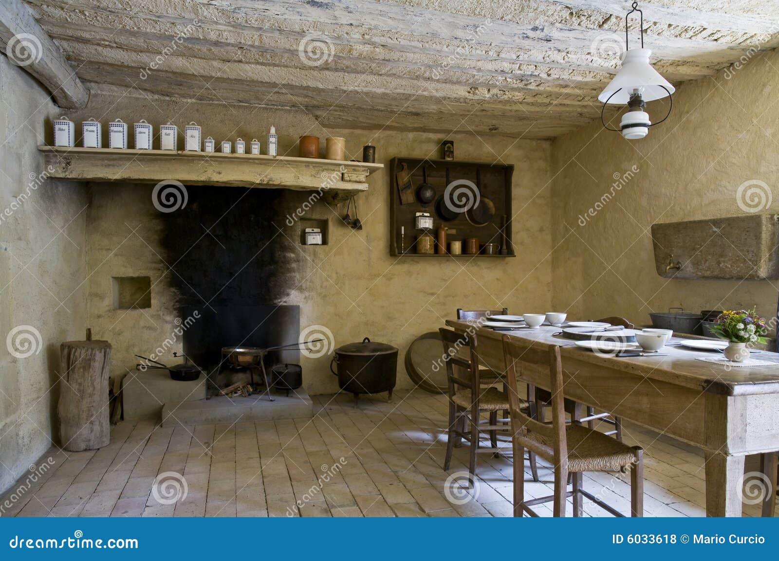 Cucinando E Mangiare Nella Cucina Rustica Di Una Casa Europea Antica. #81A229 1300 953 Foto Di Case Con Cucina A Vista