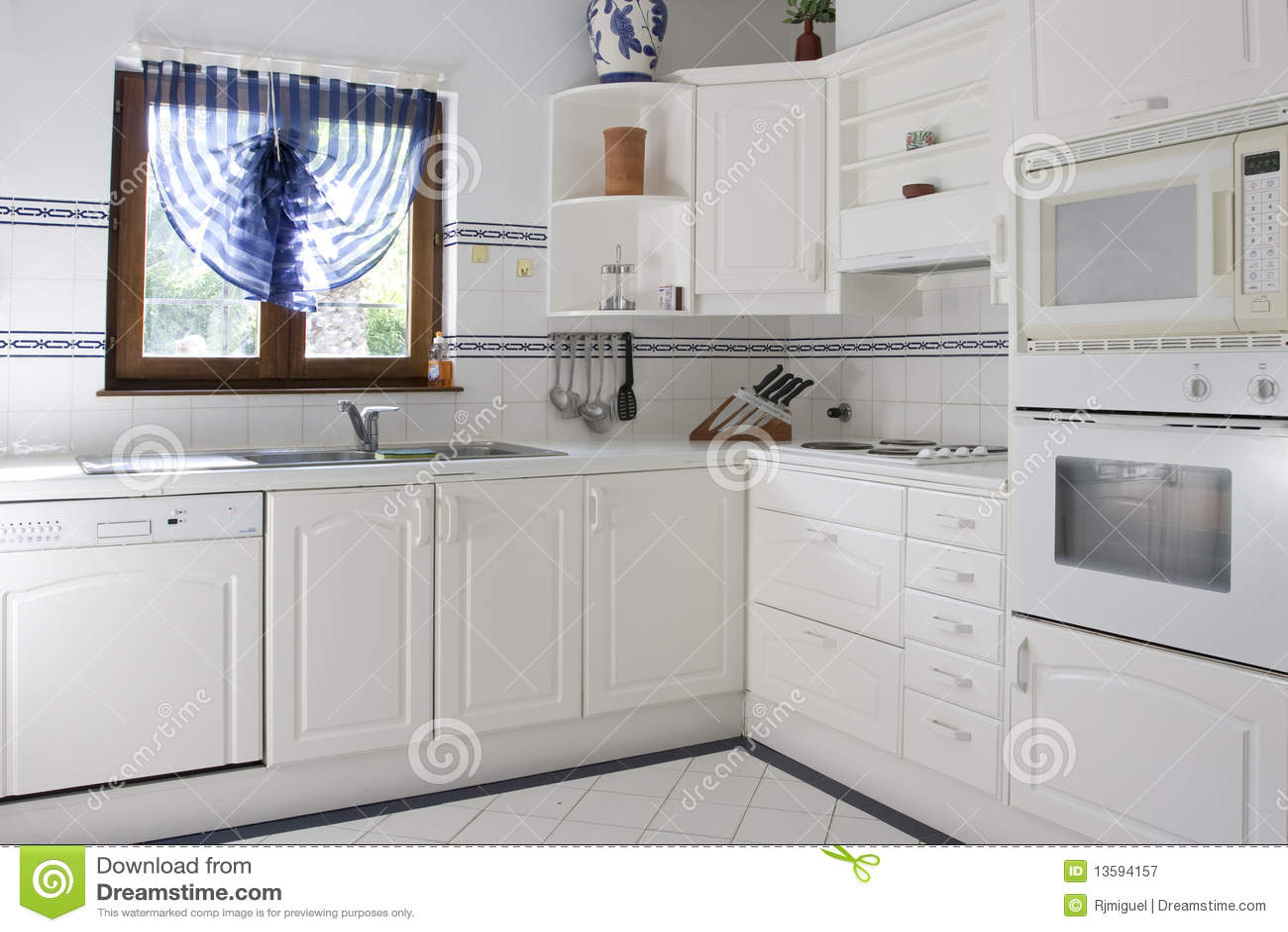Cucina bianca fotografia stock libera da diritti for Cucina classica bianca