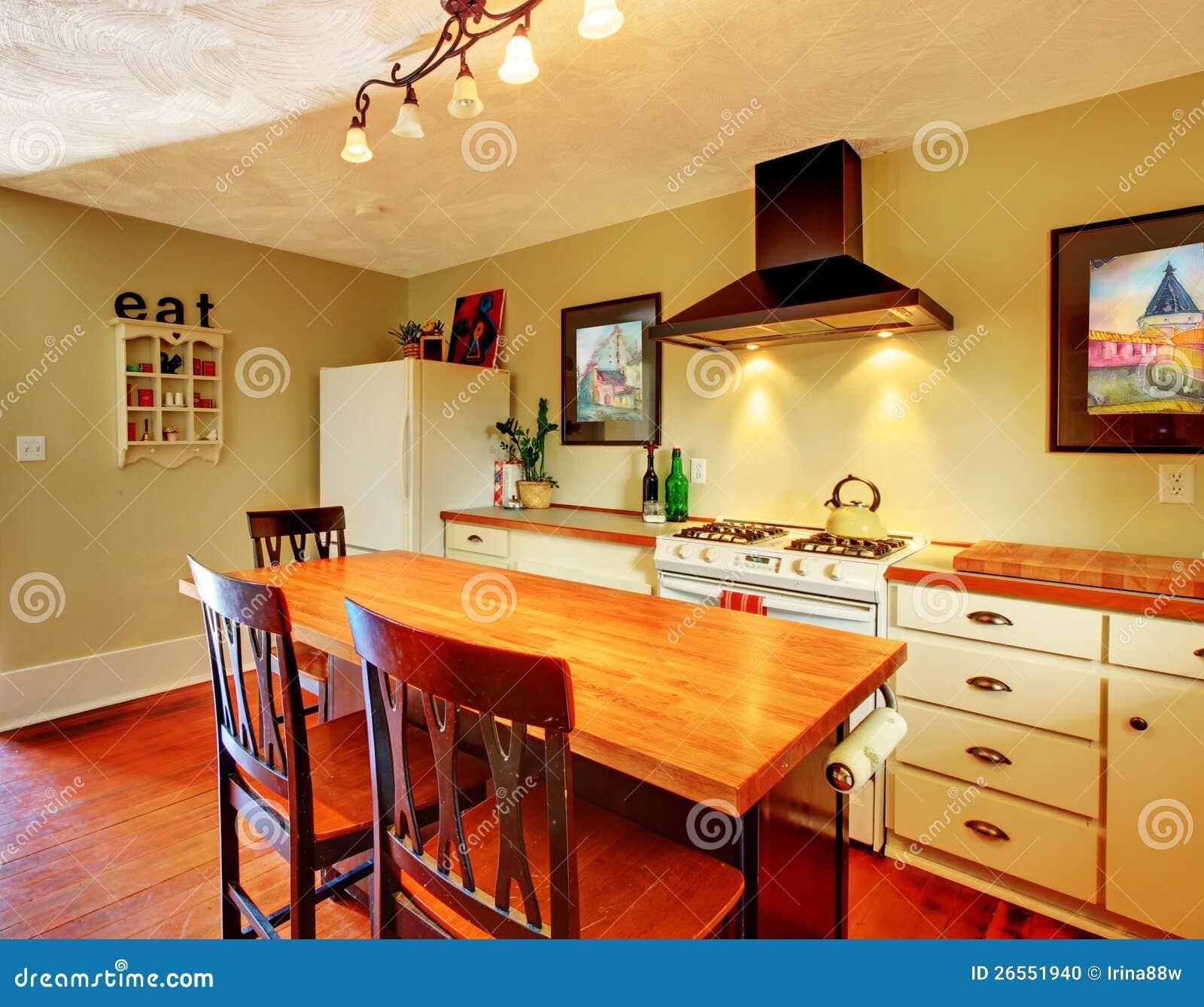 Cucina bianca accogliente del mestiere con le pareti verdi - Colori pareti cucina ...