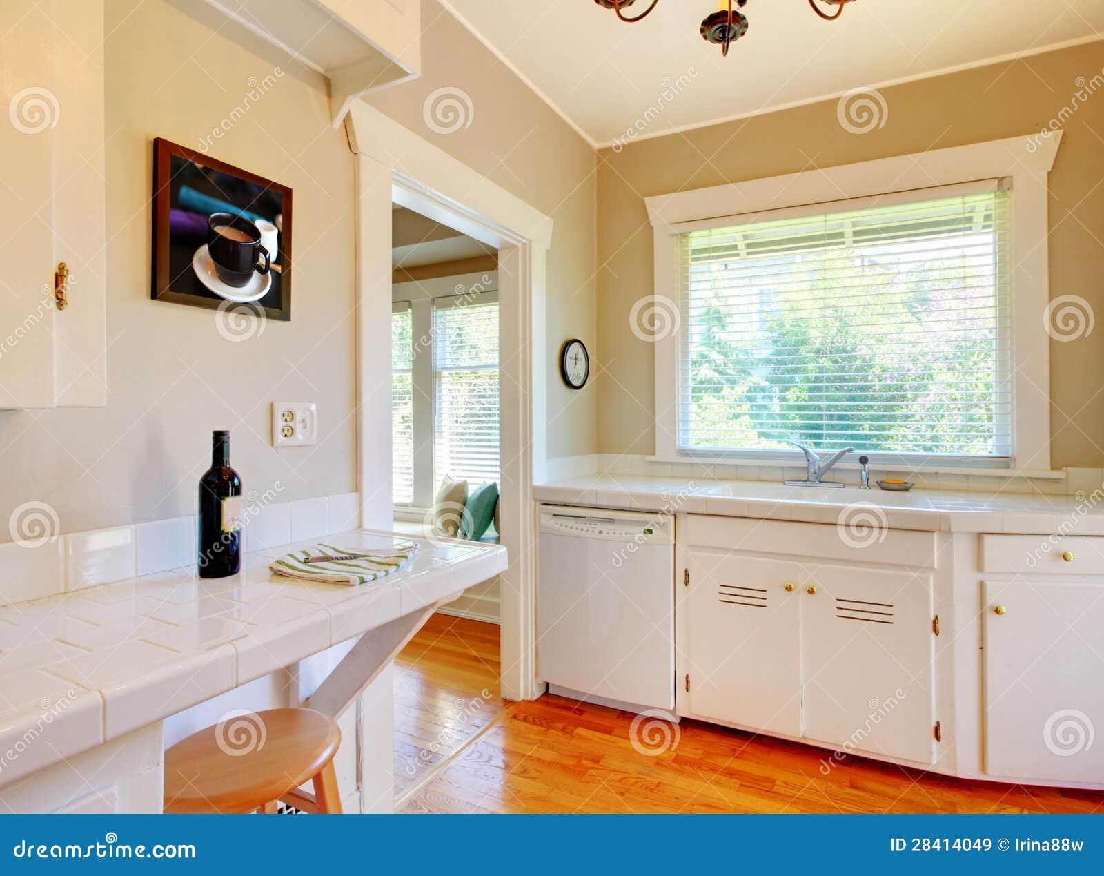 Cucina bianca con il pavimento di legno duro della for Pavimento della cucina in stile artigiano