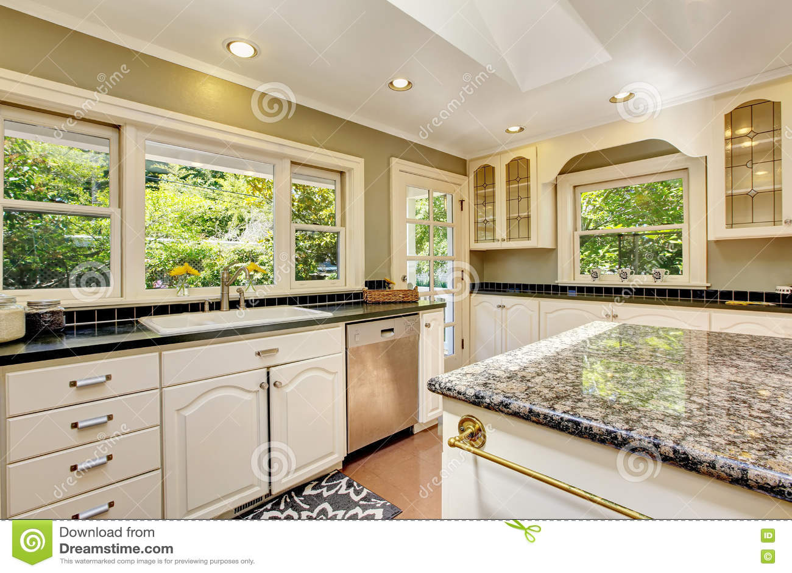 Cucina bianca con le cime del granito isola e - Cucina con piastrelle ...