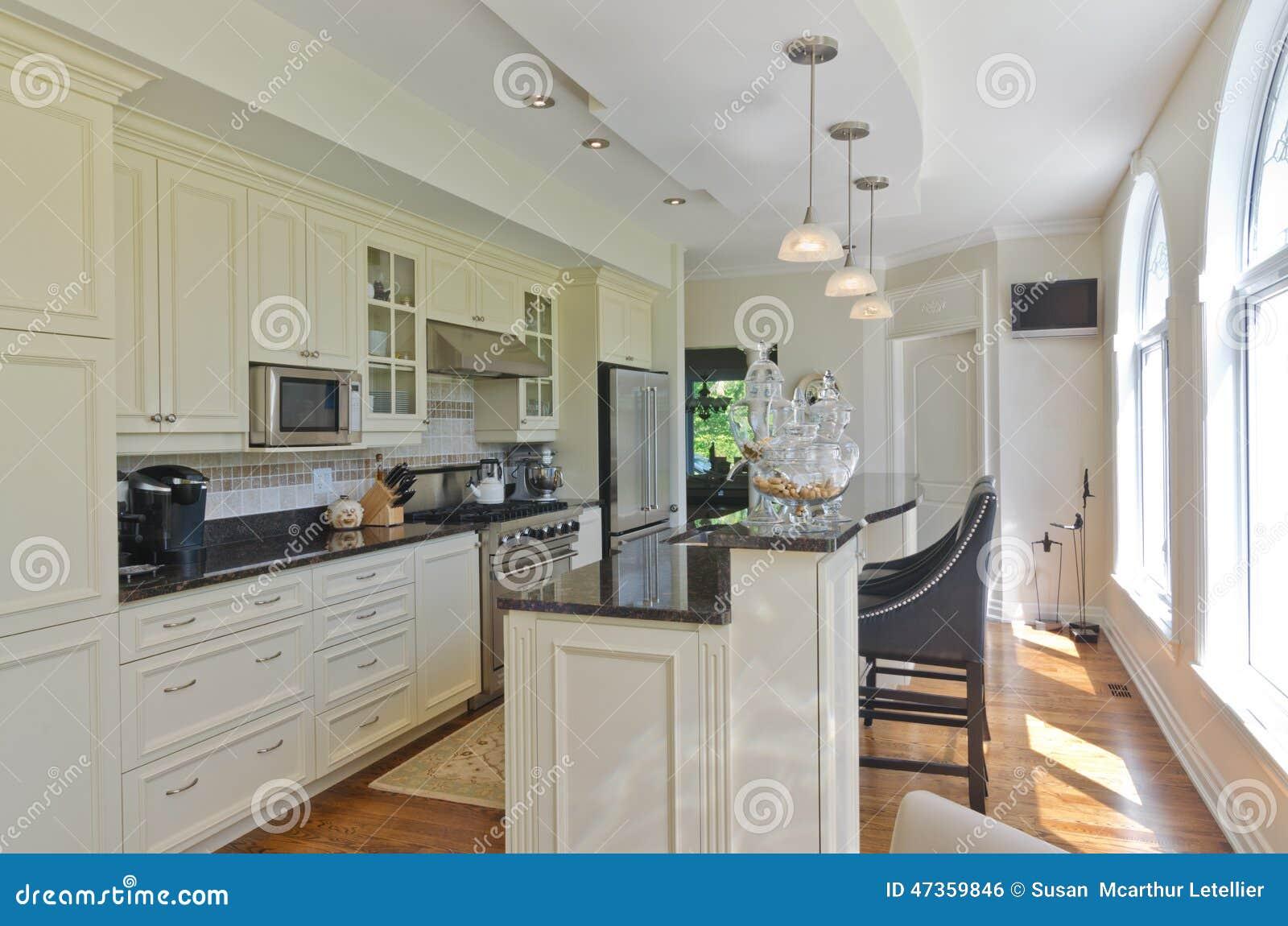 Interno di una cucina bianca contemporanea moderna con i pavimenti ...