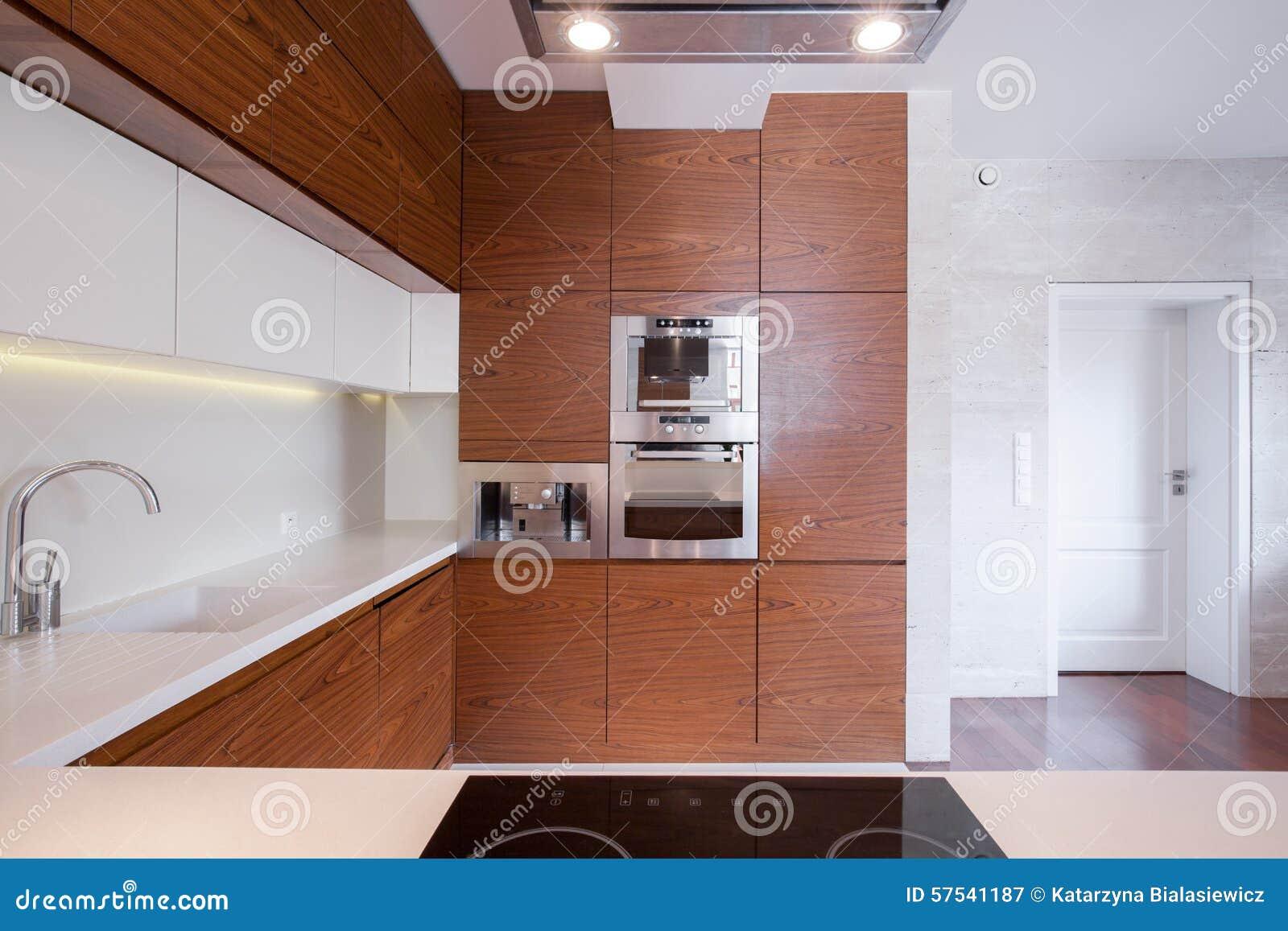 Cucina bianca e marrone spaziosa immagine stock immagine - Cucina bianca e marrone ...