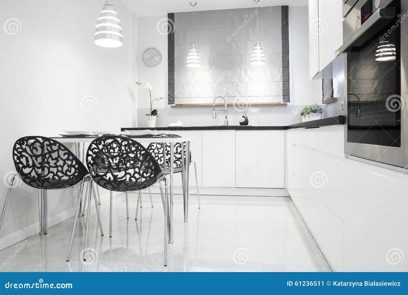 Cucina bianca e nera immagine stock. Immagine di appartamento ...
