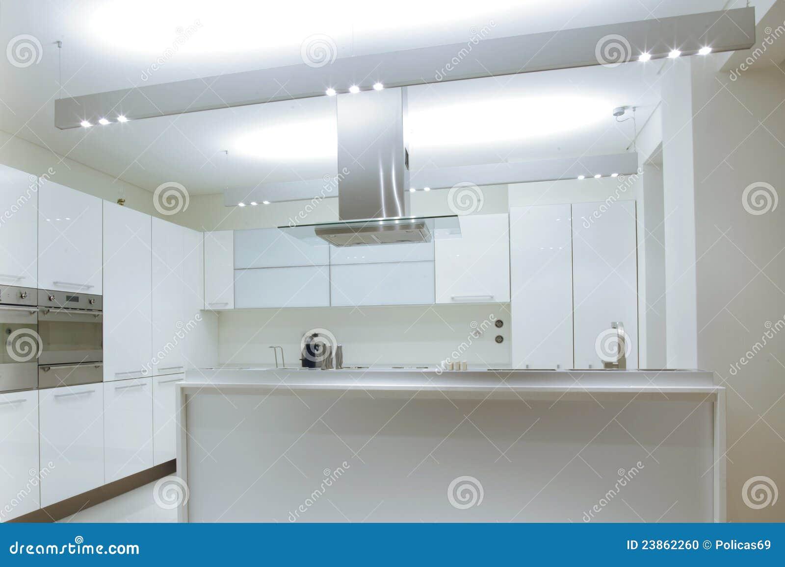 Cucina Bianca Moderna Con Il Pavimento Di Legno Fotografia Stock ...