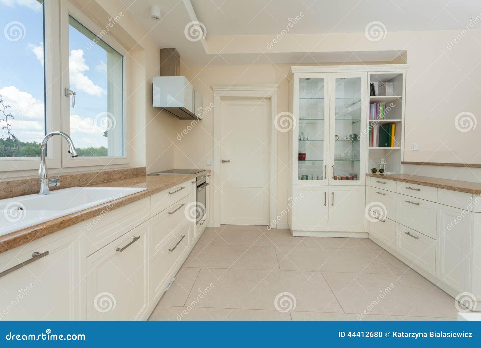 Cucina bianca moderna con le cime del granito fotografia for Cocinas blancas con granito