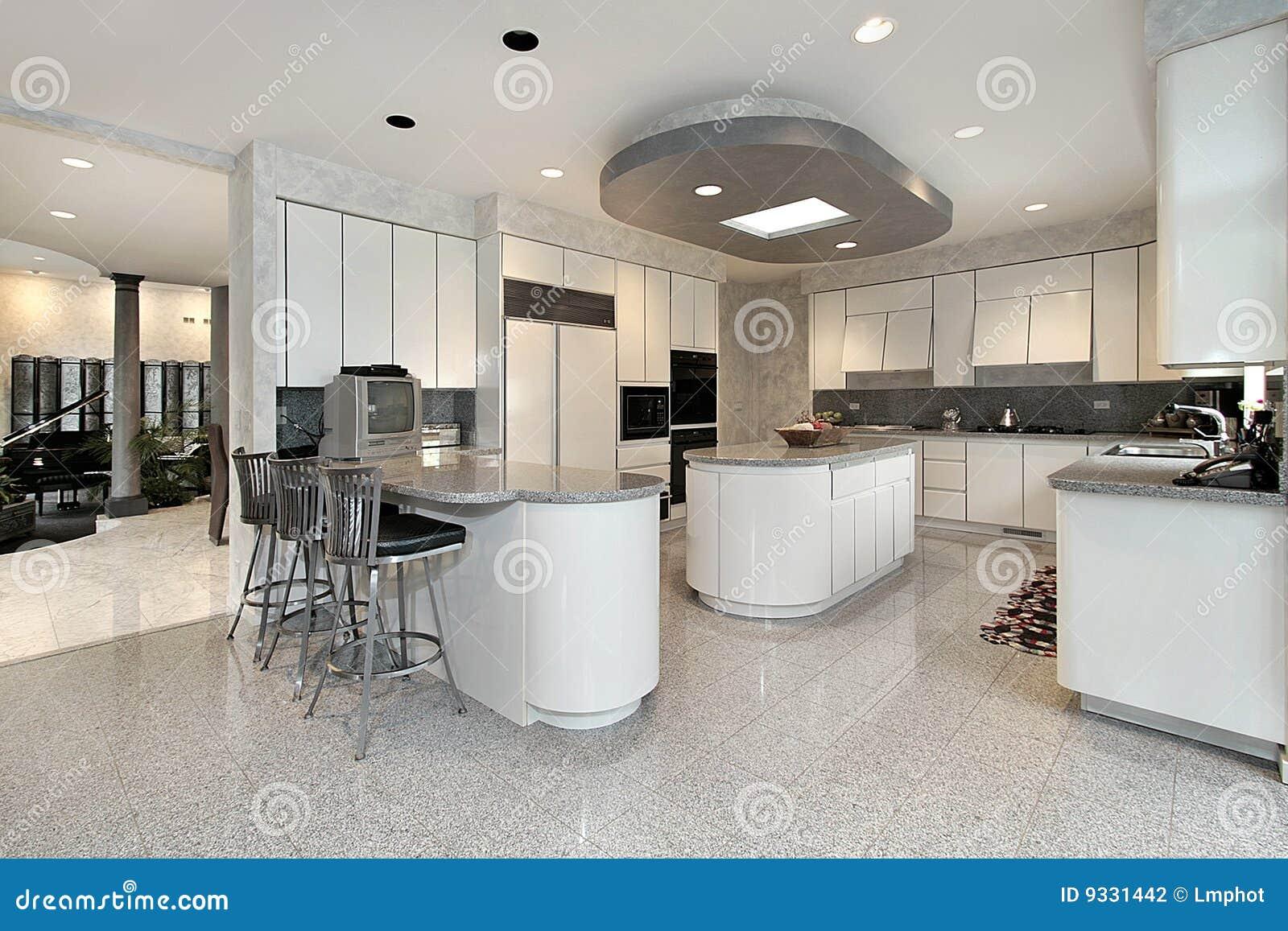 Cucina bianca nella casa di lusso fotografia stock - Cucina di lusso ...