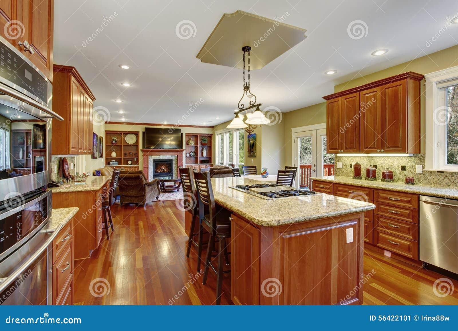 Cucina classica con il pavimento di legno duro la porcellana ed i contatori di marmo fotografia - Maniglie porcellana cucina ...