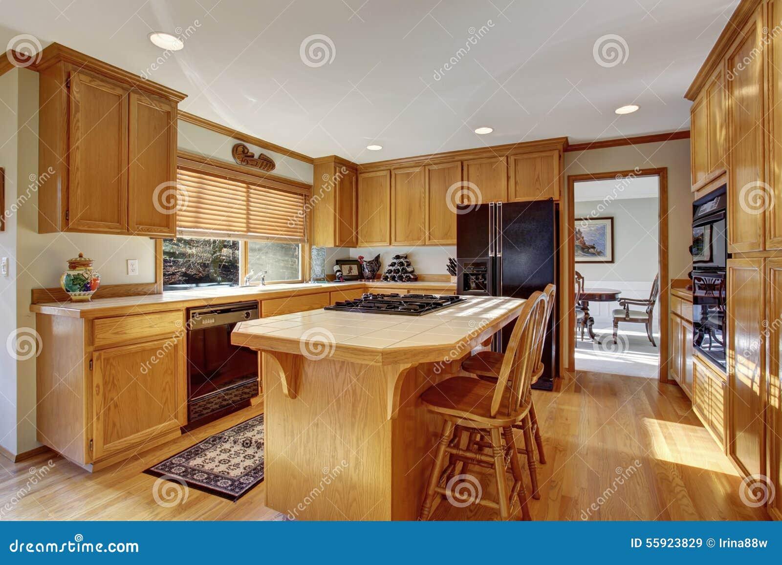 Cucina classica con il pavimento e l 39 isola di legno duro - Cucina a elle con isola ...