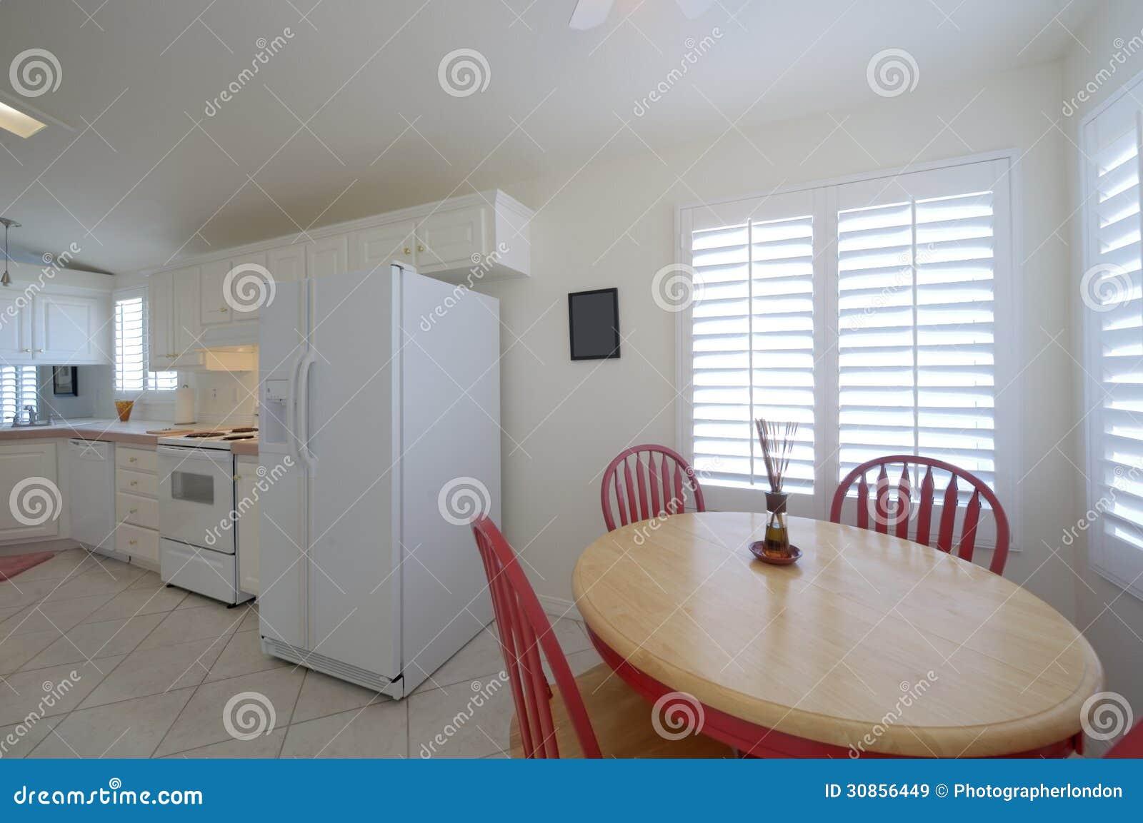 Cucina classica con il tavolo da pranzo con le sedie rosse - Cucina con sala da pranzo ...