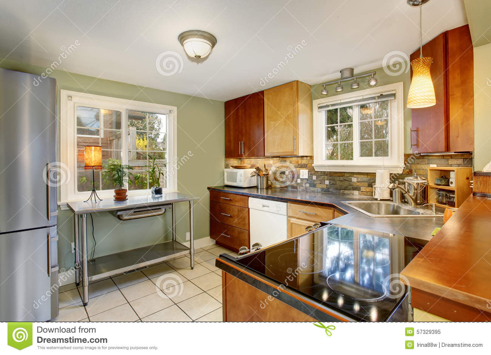 Cucina classica con le pareti verdi e pavimentazione in piastrelle
