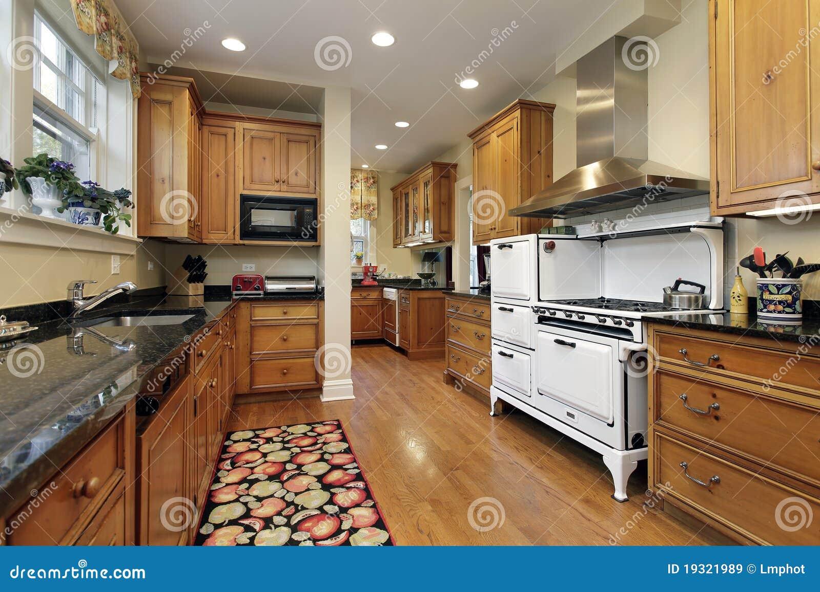 Cucina con cabinetry di legno di quercia immagine stock for Mobilia lavagna