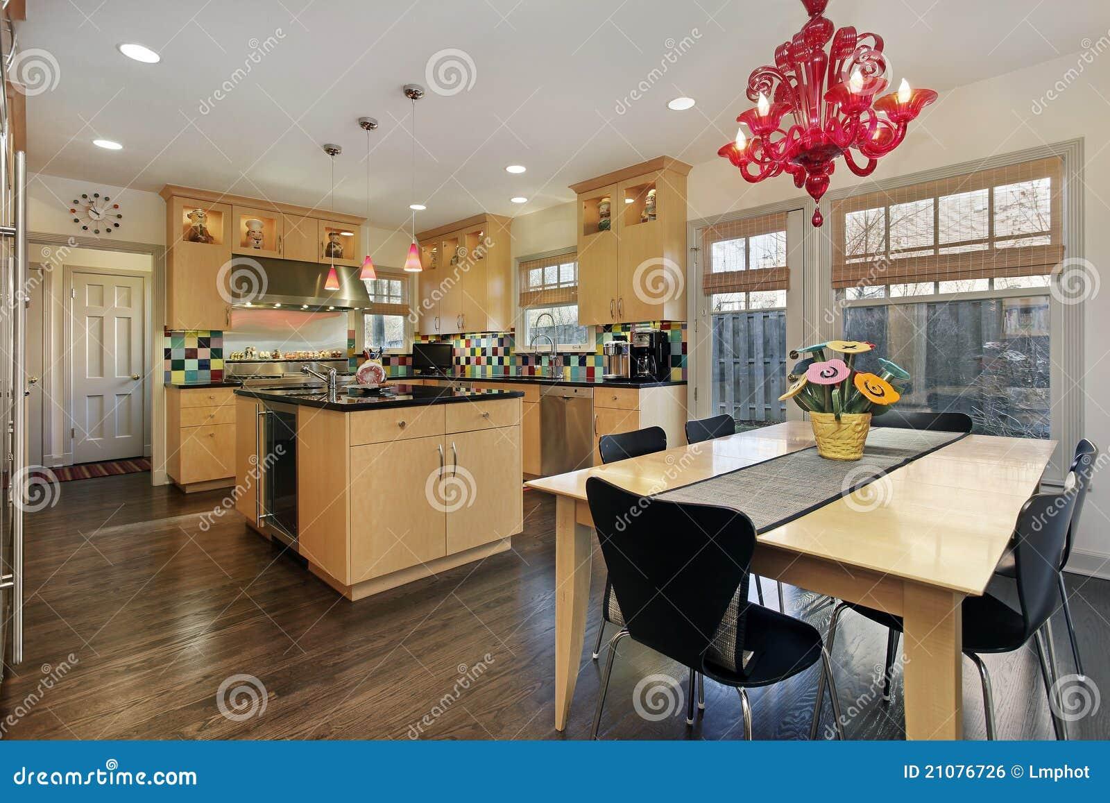 Cucina con il backsplash colorato delle mattonelle fotografia stock