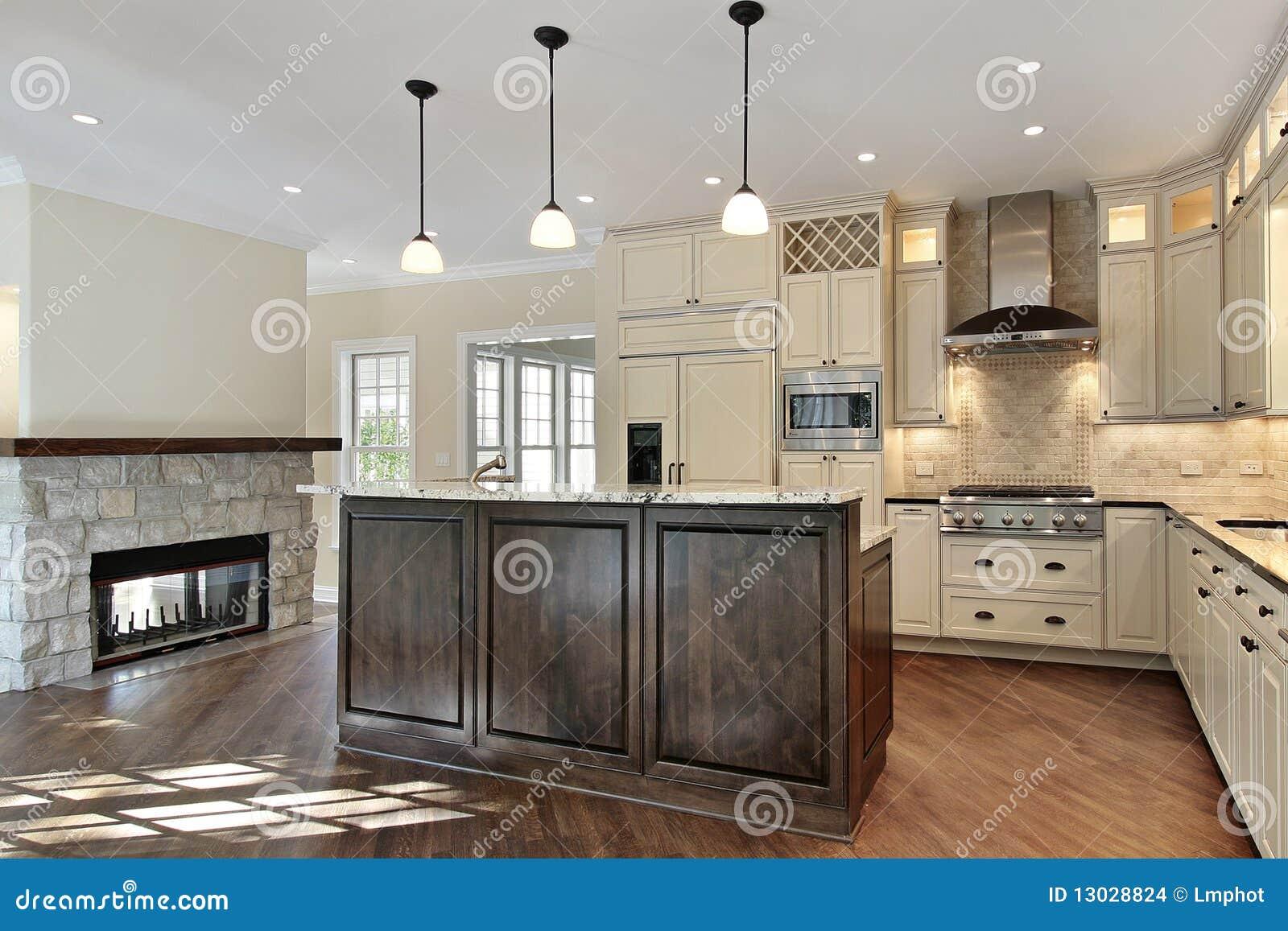 Cucina con il camino di pietra immagini stock immagine - Camino in cucina ...