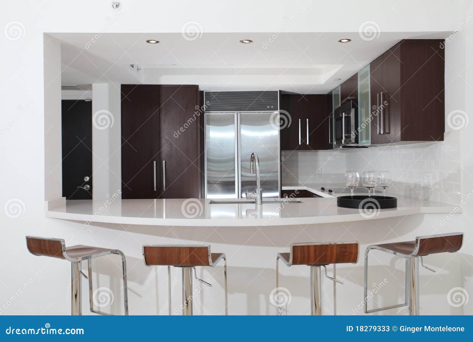 Cucina con il contatore e gli sgabelli immagine stock immagine