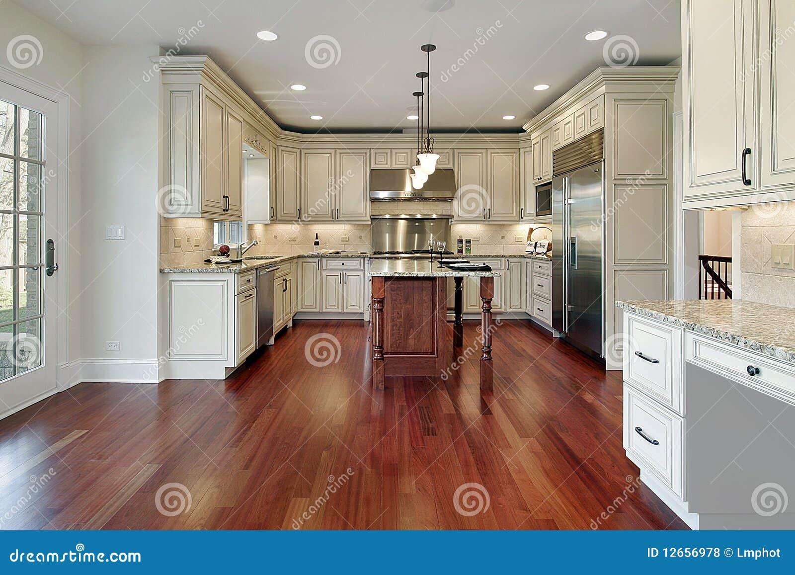 Cucina con il pavimento di legno della ciliegia