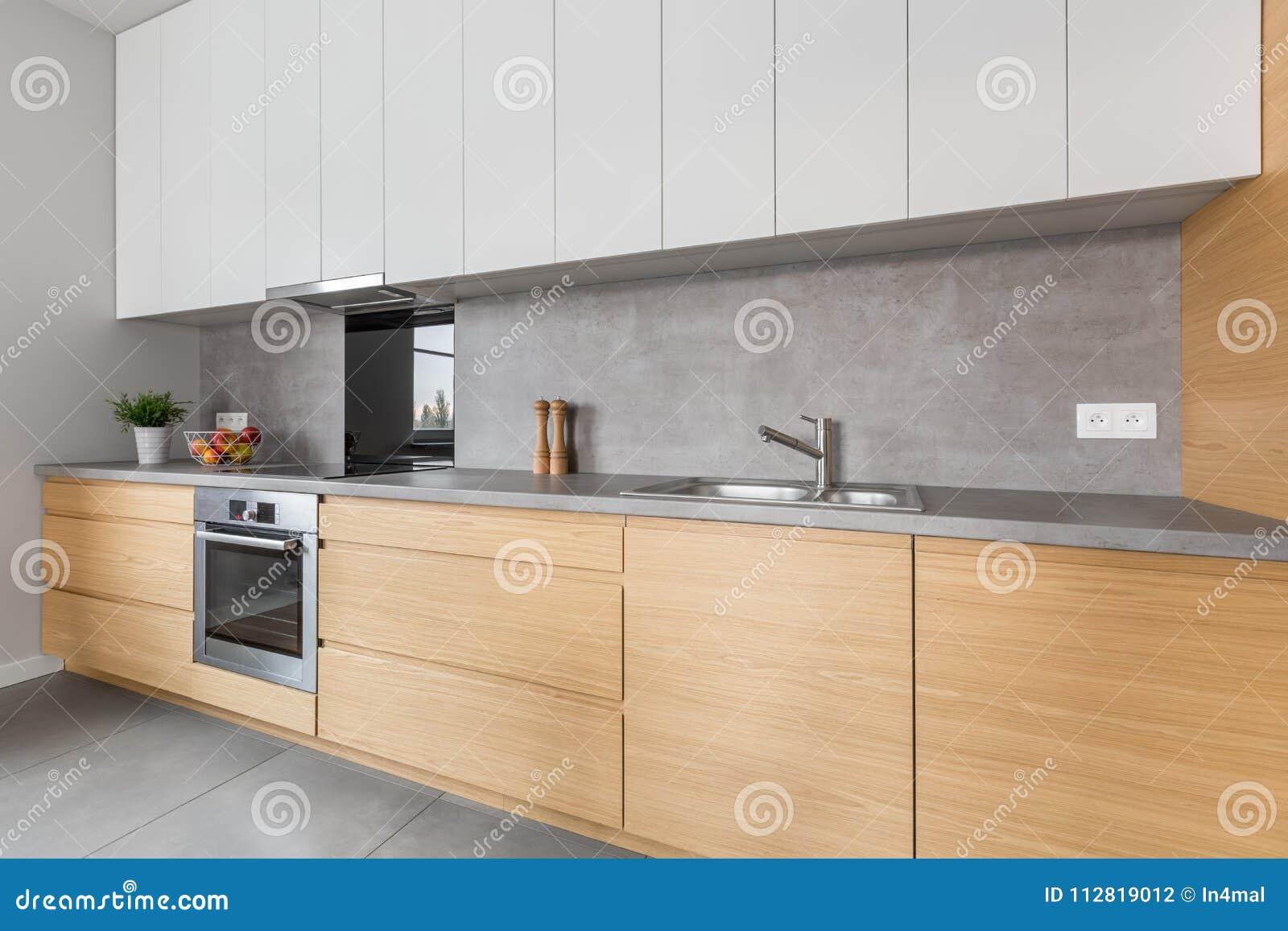 Cucina Con Il Piano Di Lavoro Concreto E La Mobilia Di Legno ...